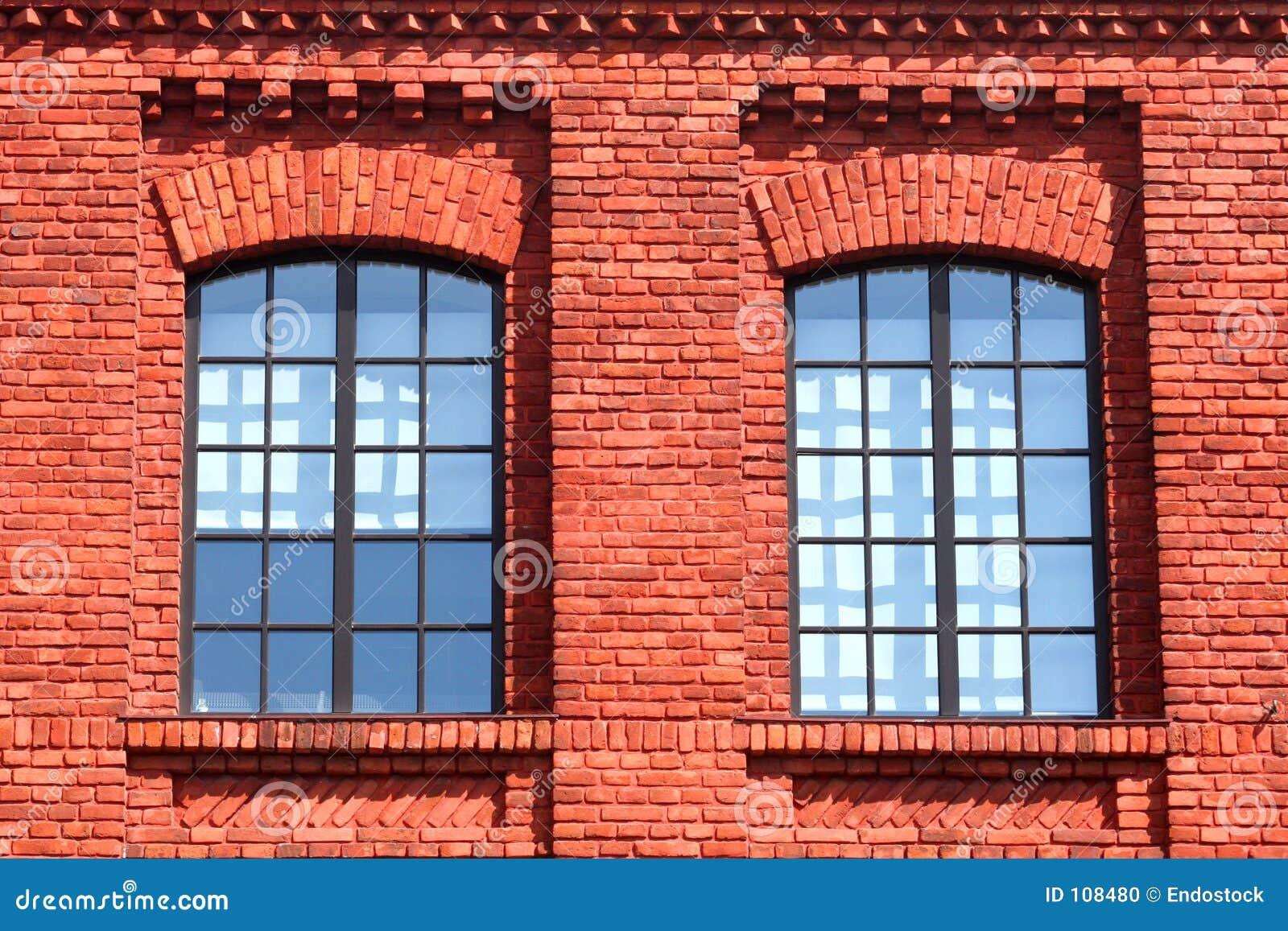 κόκκινα Windows τοίχων ζευγαριού τούβλου