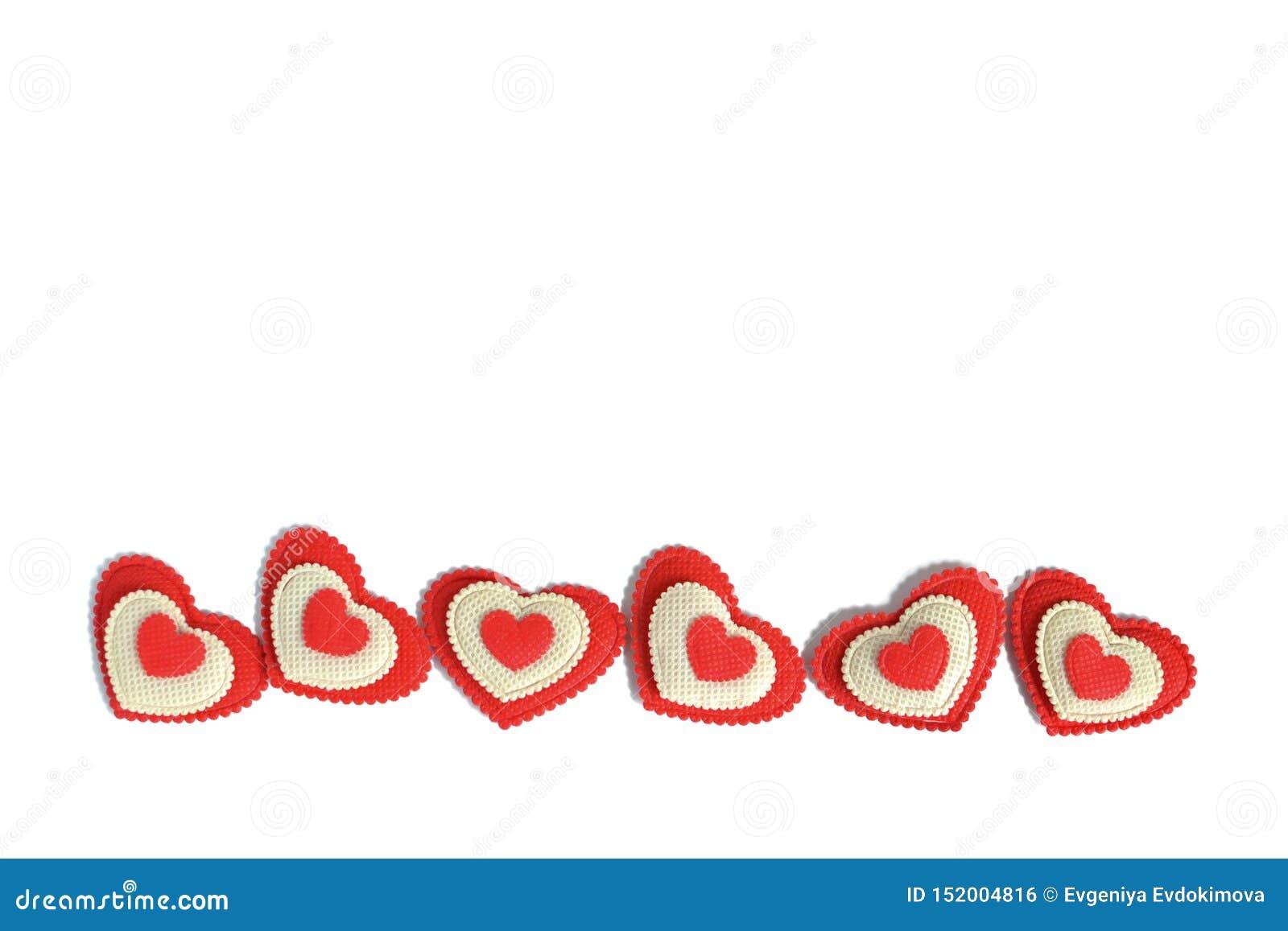 Κόκκινες και άσπρες καρδιές που απομονώνονται