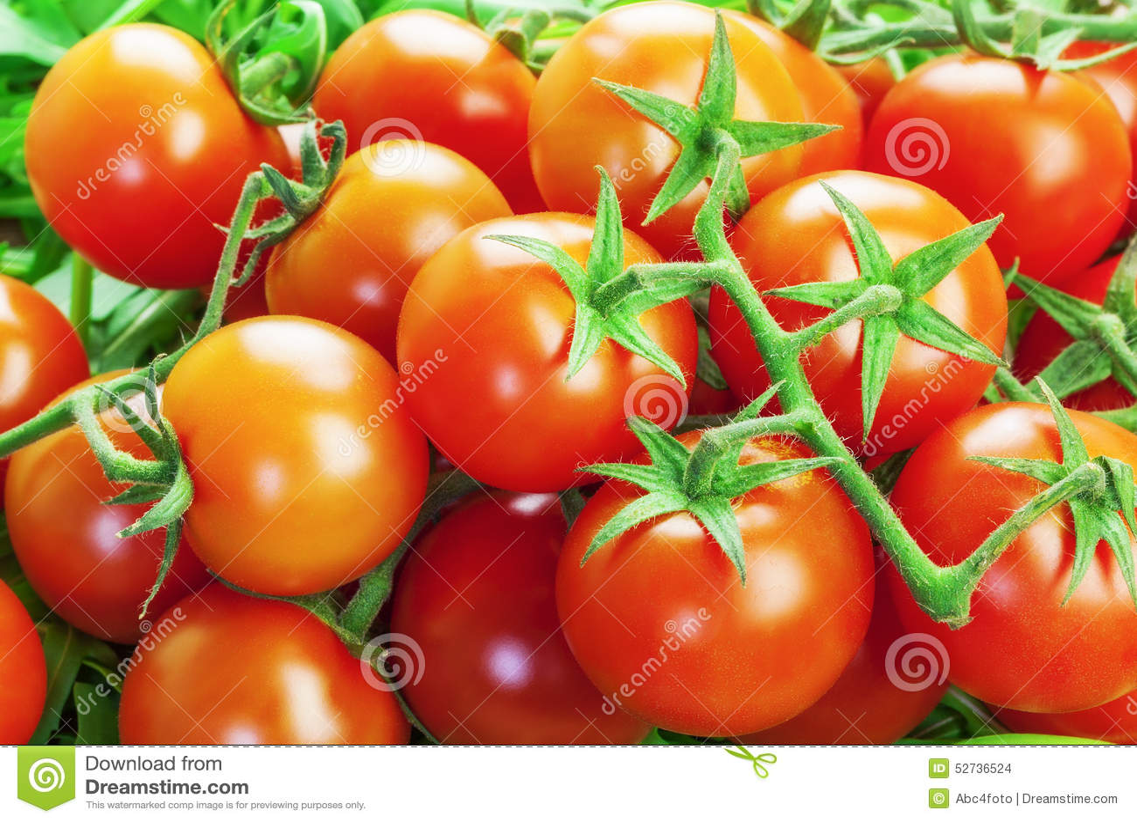Κόκκινες ντομάτες με τα πράσινα