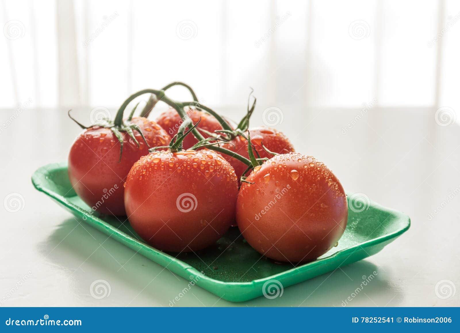 Κόκκινες ντομάτες σε ένα πιάτο
