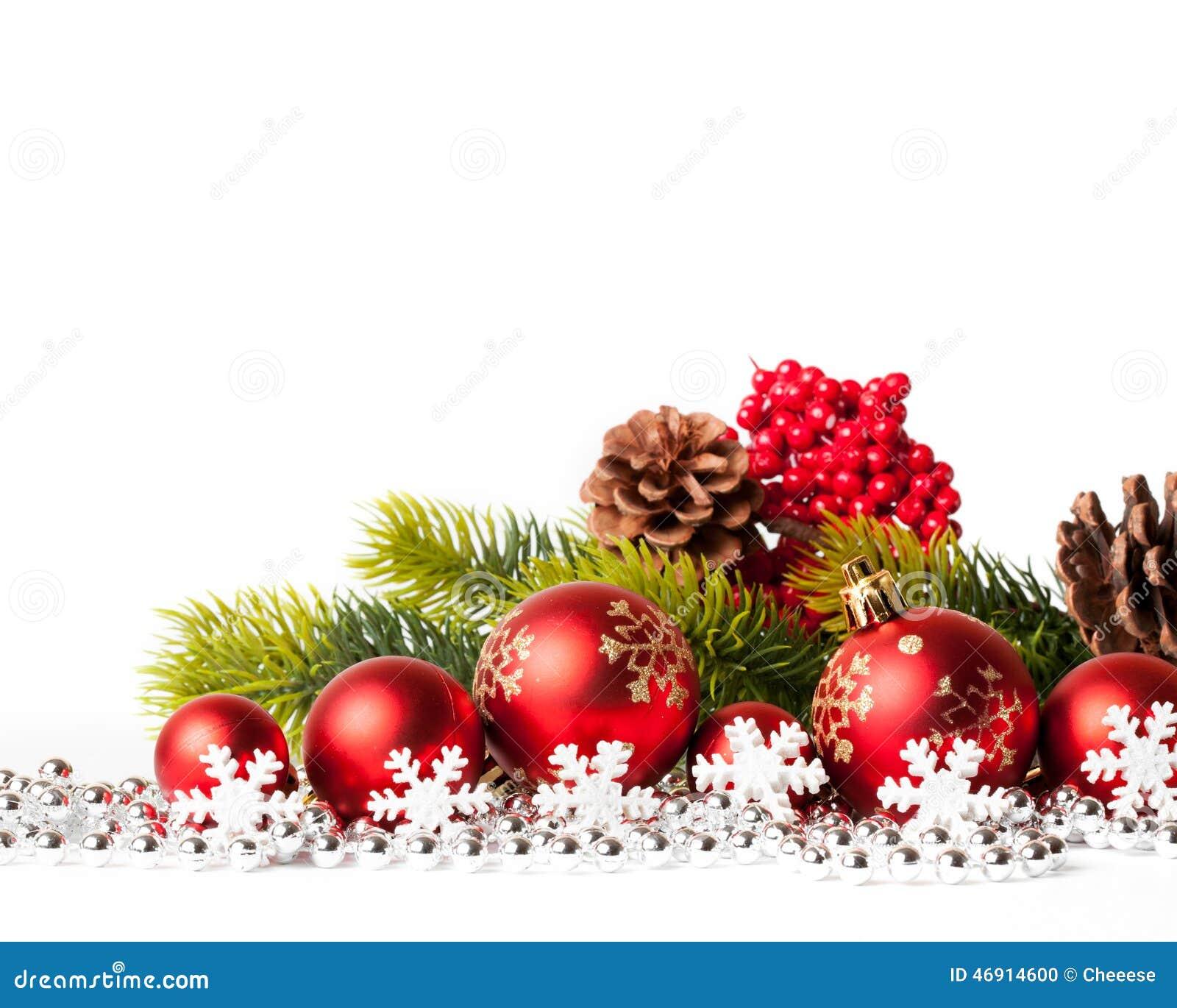 Κόκκινες χριστουγεννιάτικο δέντρο και σφαίρες στο λευκό