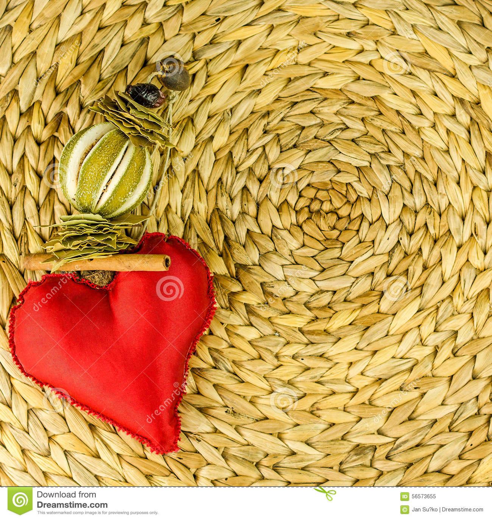 Download Κόκκινη διακόσμηση καρδιών στο υπόβαθρο φιαγμένο από ξηρό φύλλο μπανανών Στοκ Εικόνα - εικόνα από οργανικός, κανέλα: 56573655