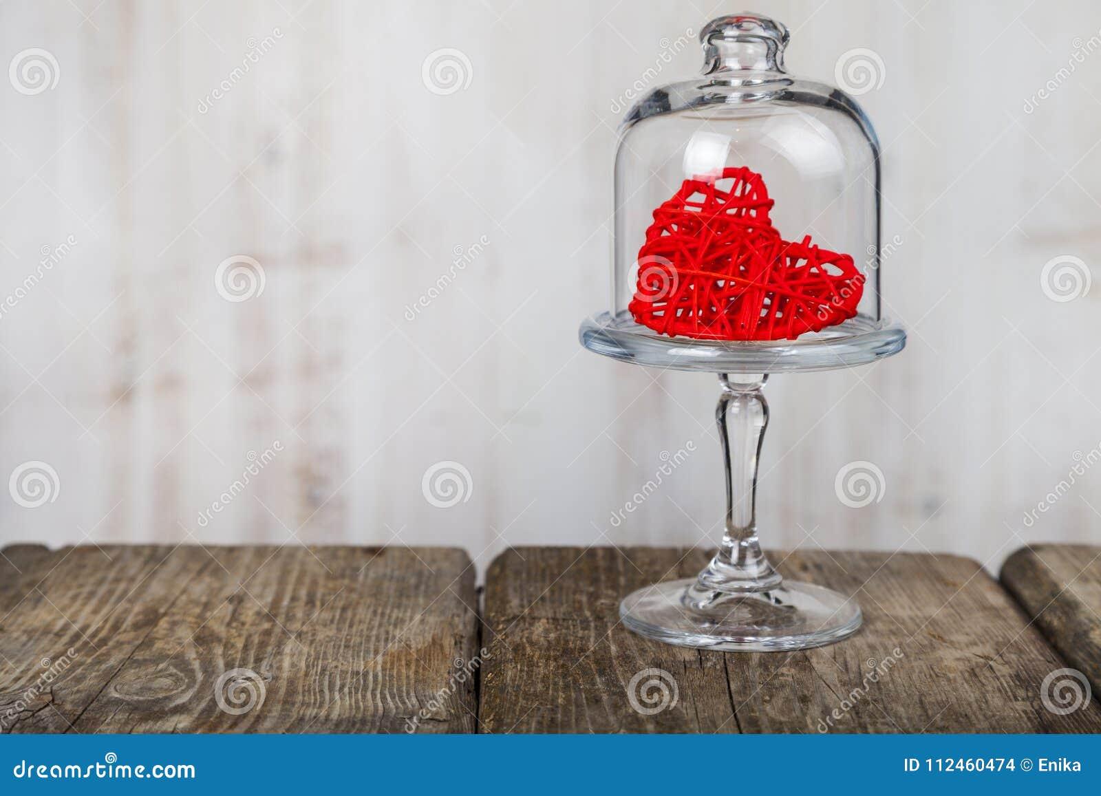 Κόκκινη καρδιά σε ένα πιάτο γυαλιού