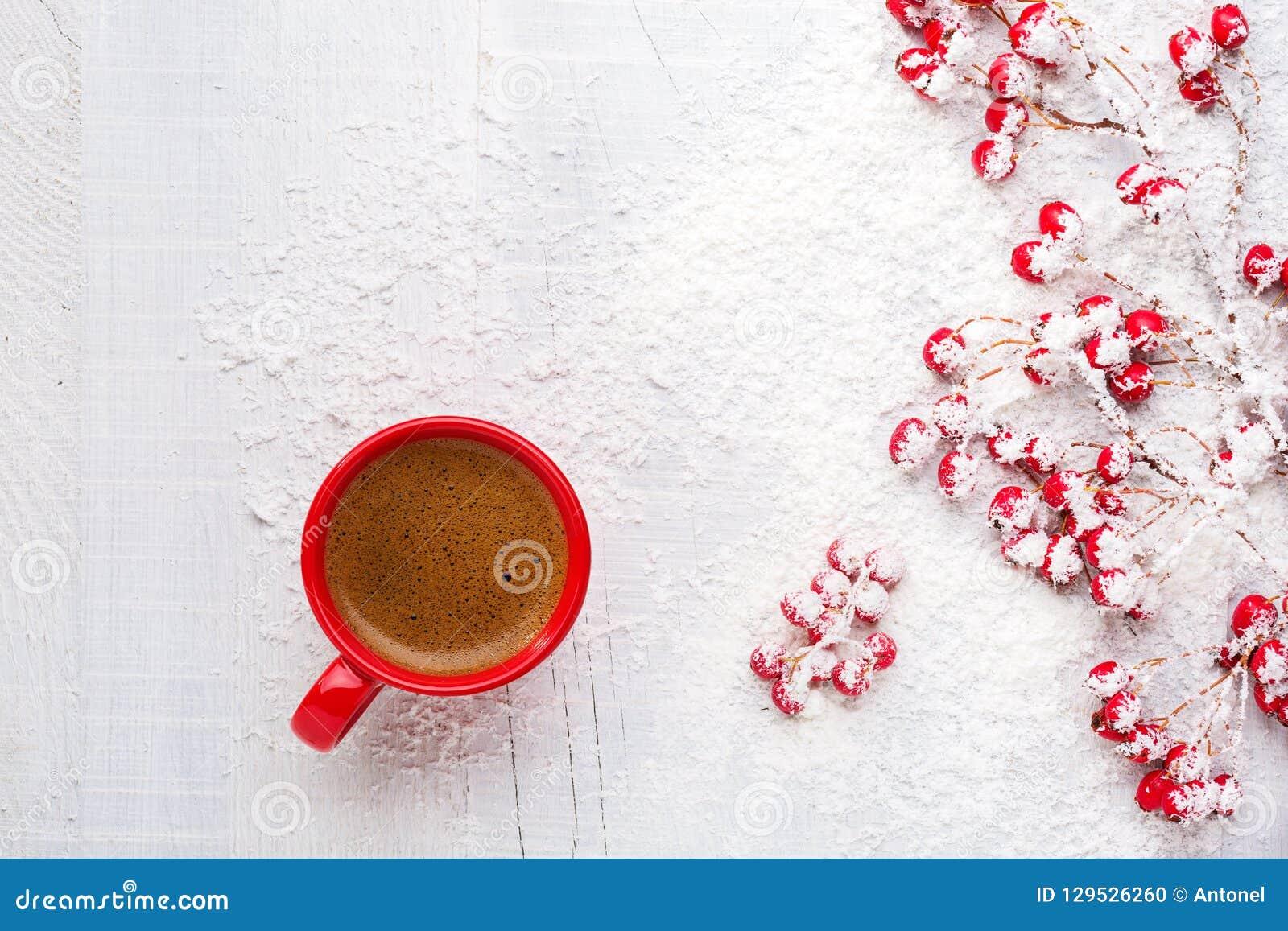 Κόκκινοι φλιτζάνι του καφέ και κλάδοι με τα μούρα κραταίγου σε ένα παλαιό άσπρο ξύλινο υπόβαθρο Επίπεδος βάλτε