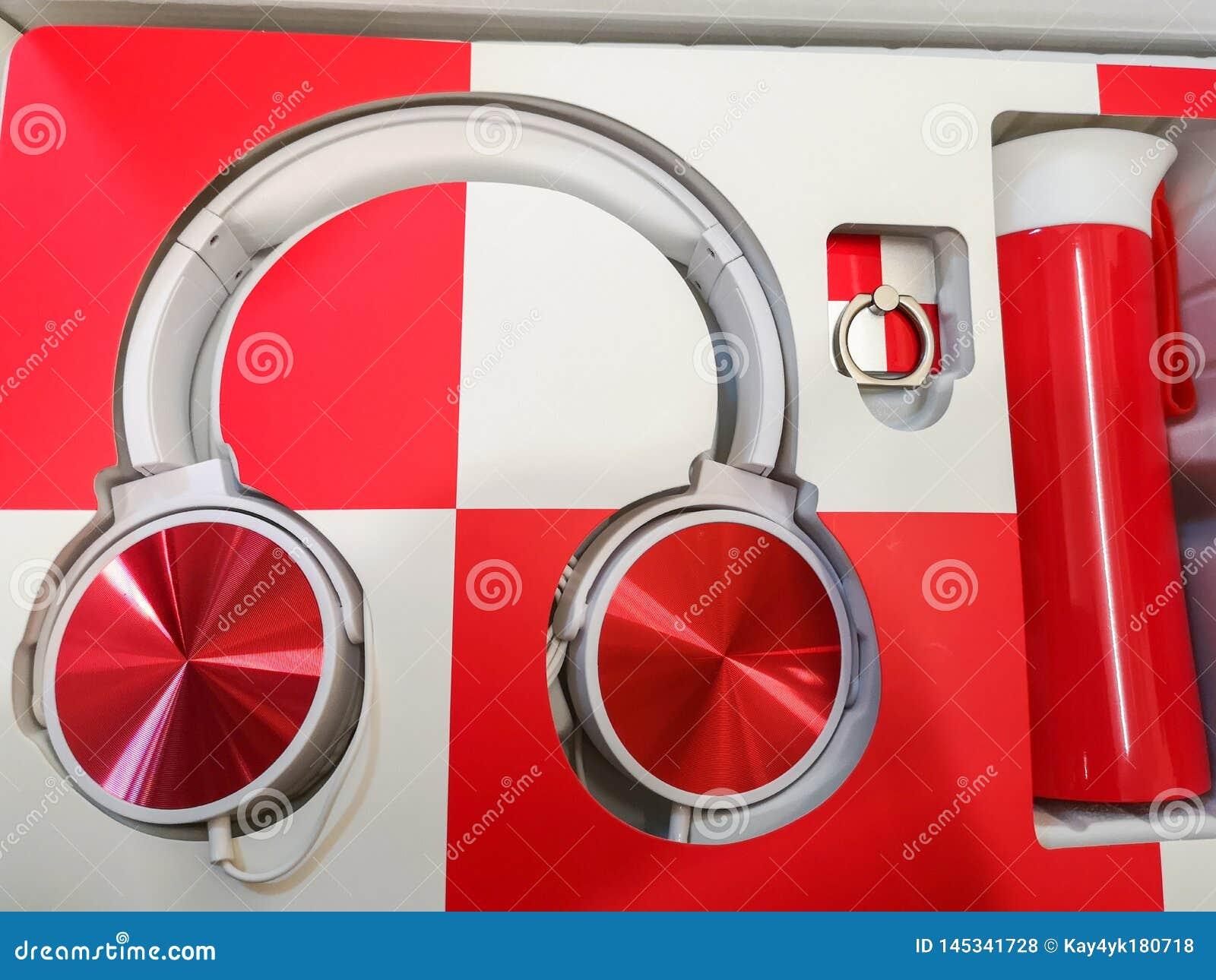 Κόκκινος-άσπρα ακουστικά, ακουστικά ως δώρο, πολύχρωμη μουσική