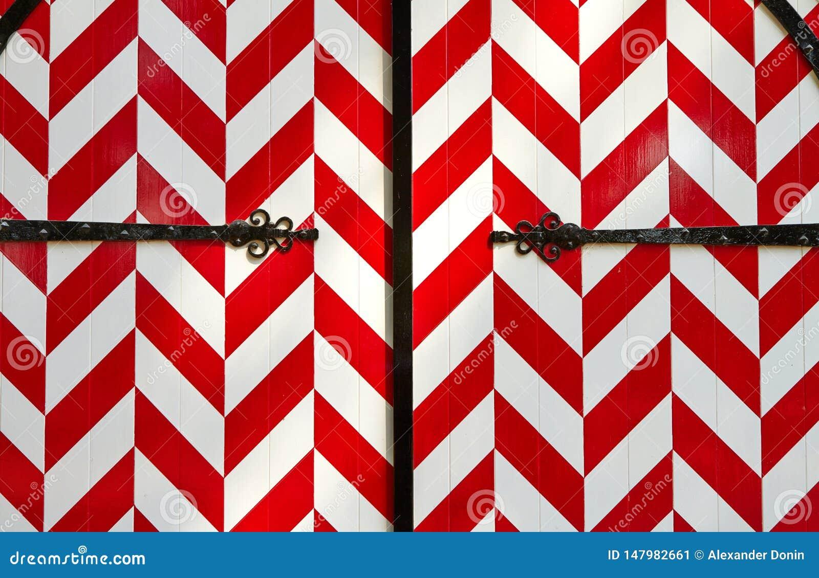 Κόκκινος-άσπρη ριγωτή πύλη κάστρων
