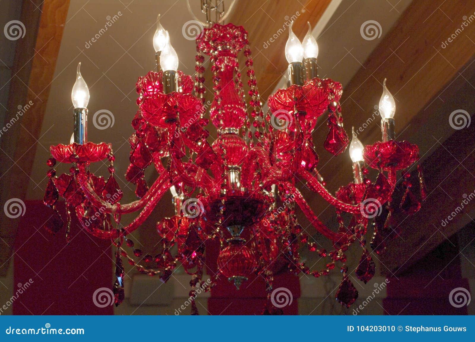 Κόκκινος ανώτατος πολυέλαιος κρυστάλλου με τους διακοσμημένους με χάντρες κλάδους