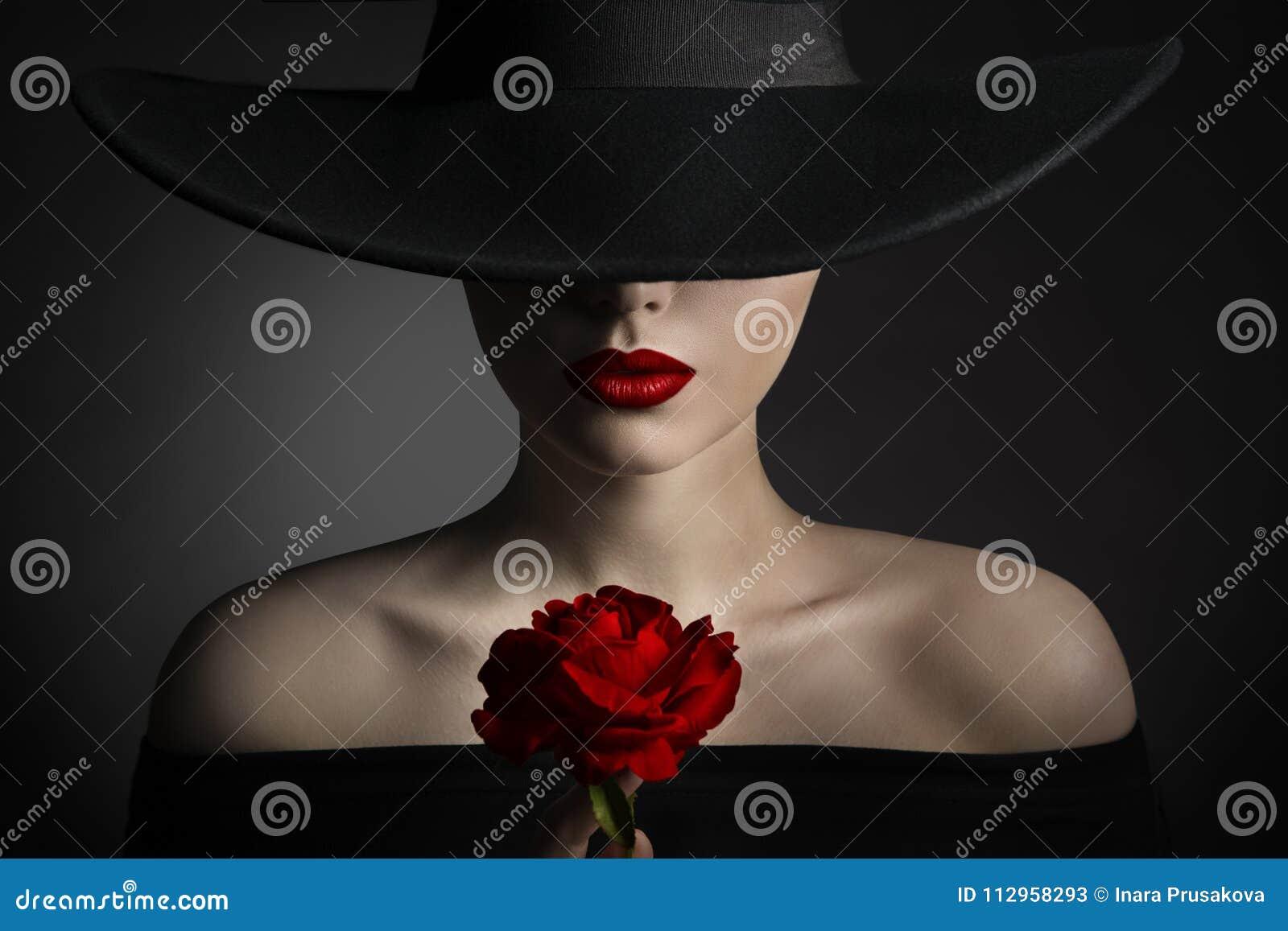 Κόκκινος αυξήθηκε χείλια γυναικών λουλουδιών και μαύρο καπέλο, πρότυπη ομορφιά μόδας