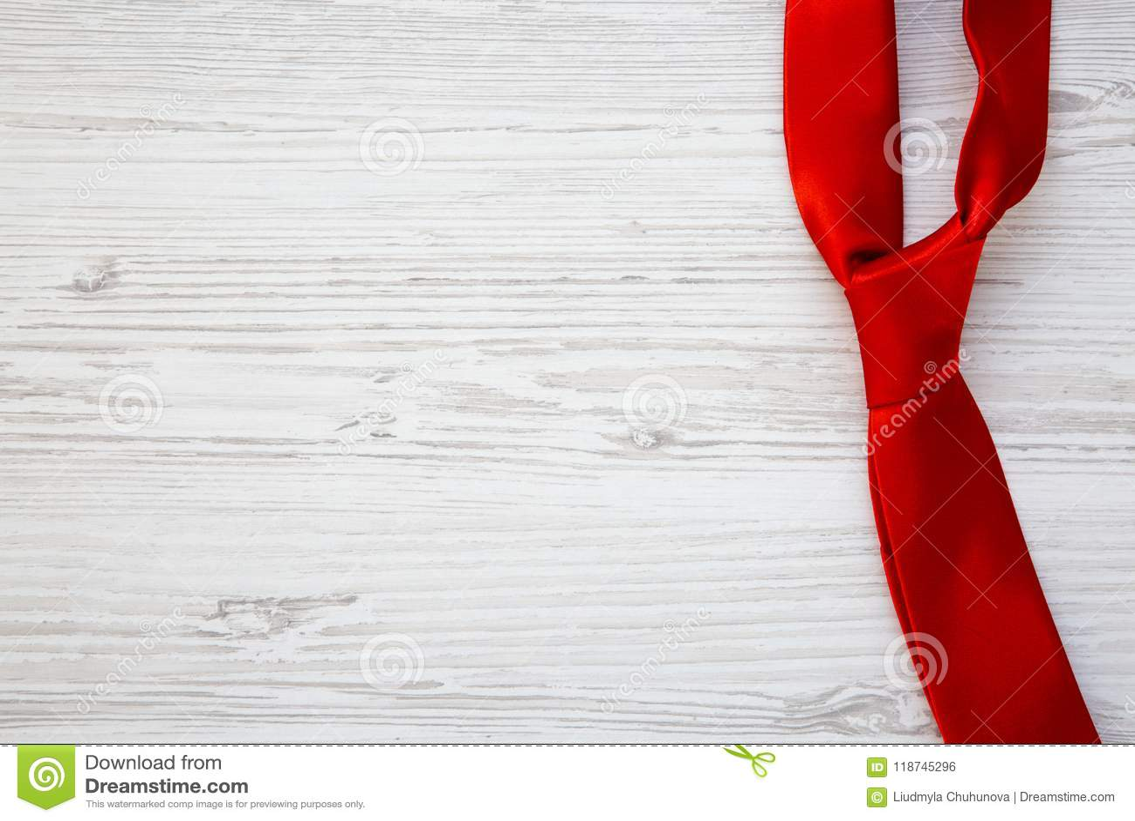 Κόκκινος δεσμός στο άσπρο ξύλινο υπόβαθρο Ευτυχής ημέρα πατέρων ` s Αντίγραφο SPA