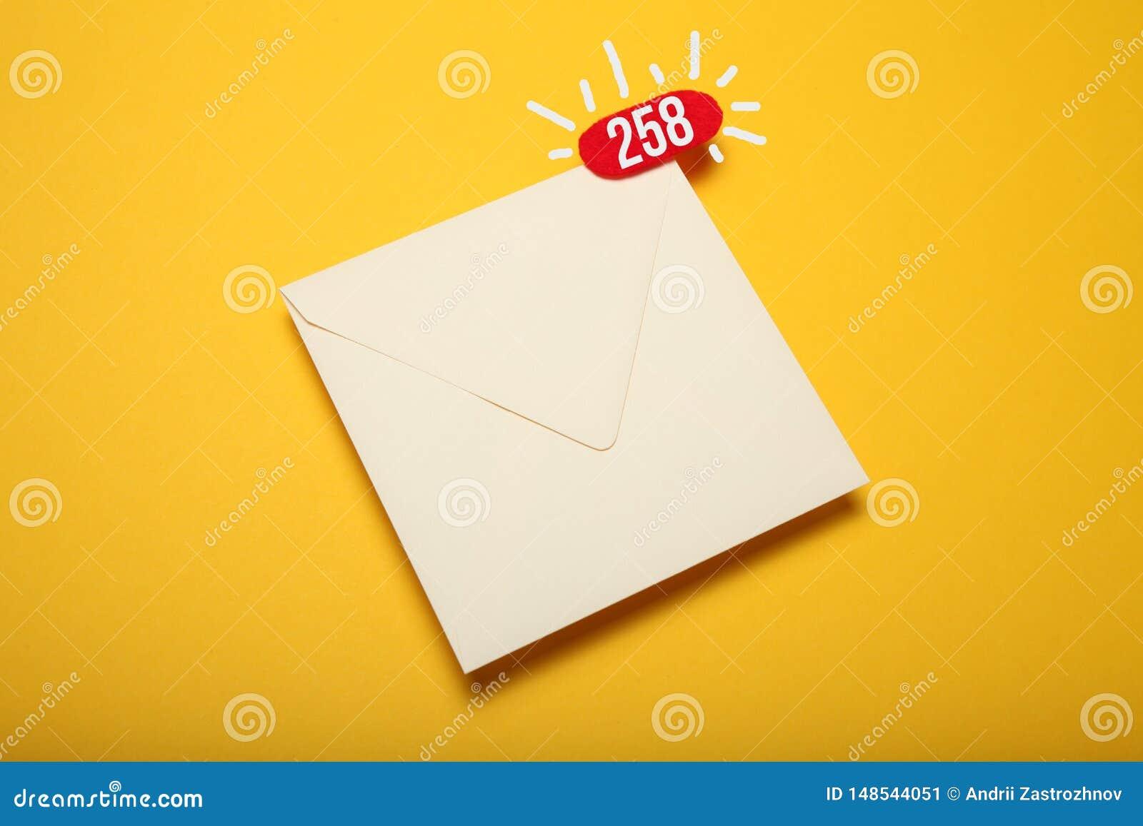 Κόκκινος κύκλος στην επιστολή ταχυδρομείου, έννοια επικοινωνίας Αλληλογραφία διευθύνσεων