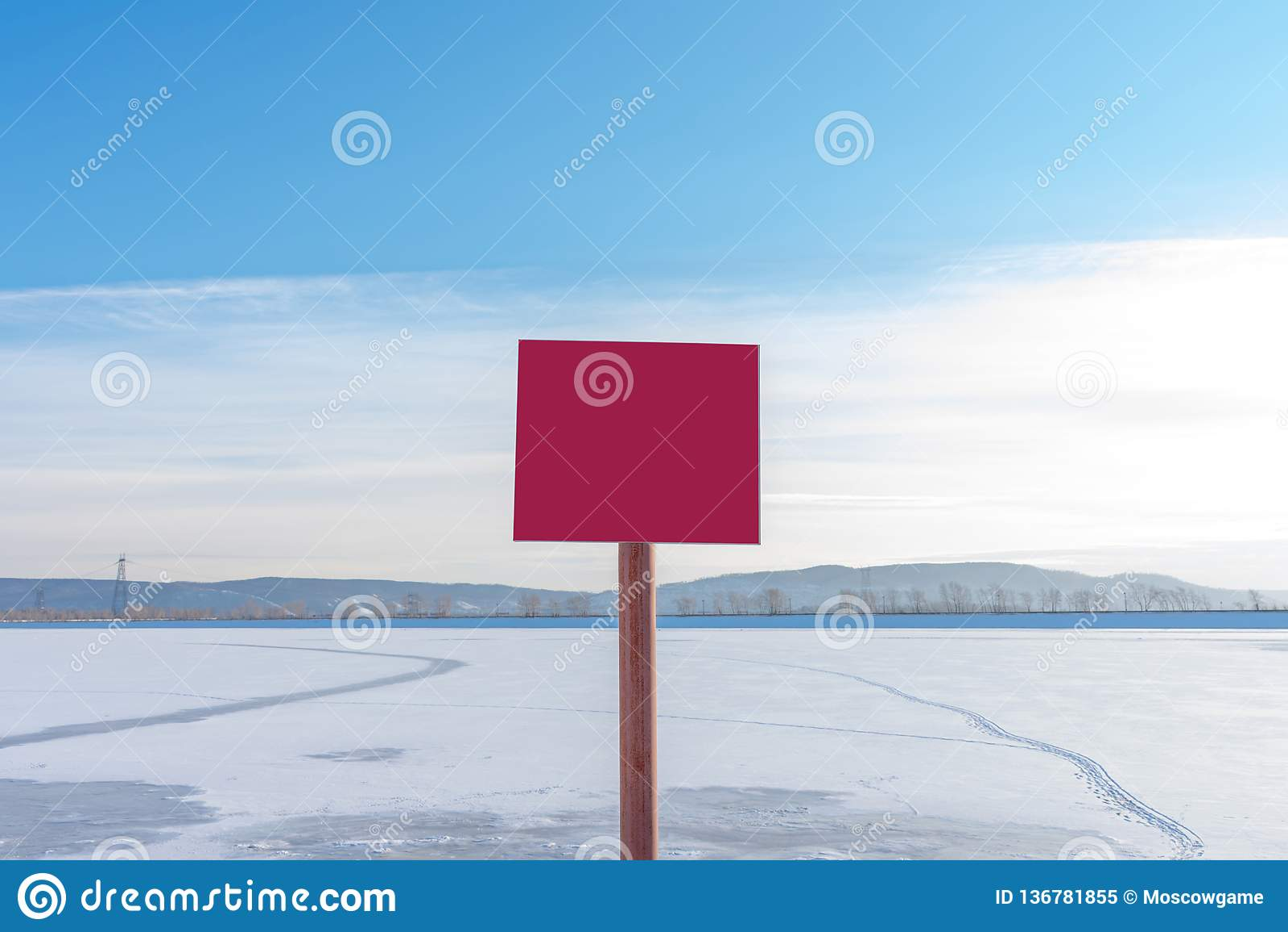 Κόκκινος λεπτός πάγος σημαδιών επικίνδυνα χωρίς επιγραφή Κενή αφίσσα με το διάστημα για το κείμενό σας