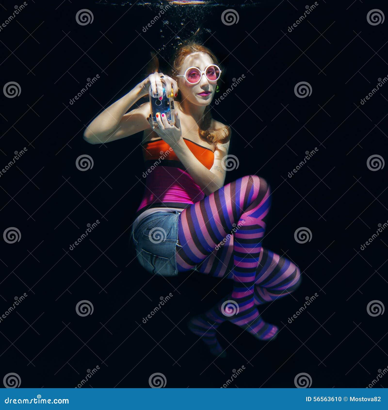 Download Κόκκινο αστείο κορίτσι τρίχας στο σκοτεινό υπόβαθρο υποβρύχιο Στοκ Εικόνες - εικόνα από κόκκινος, εποχές: 56563610