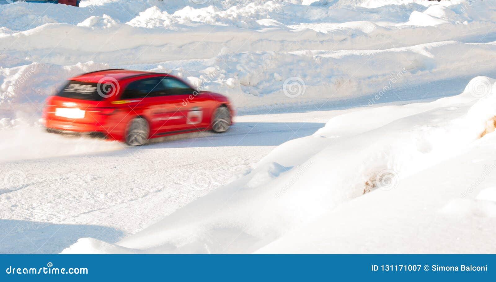 Κόκκινο αυτοκίνητο κατά τη διάρκεια της οδηγώντας δοκιμής στον πάγο