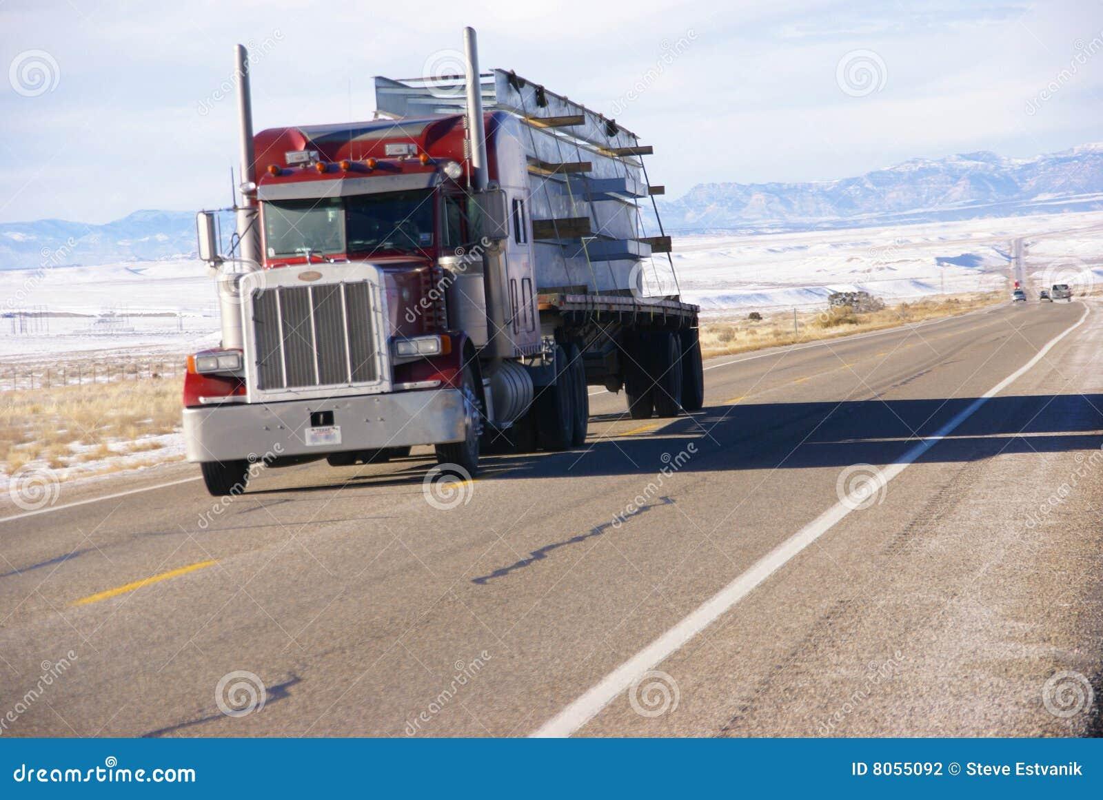 Κόκκινο ημι truck στο χειμερινό δρόμο