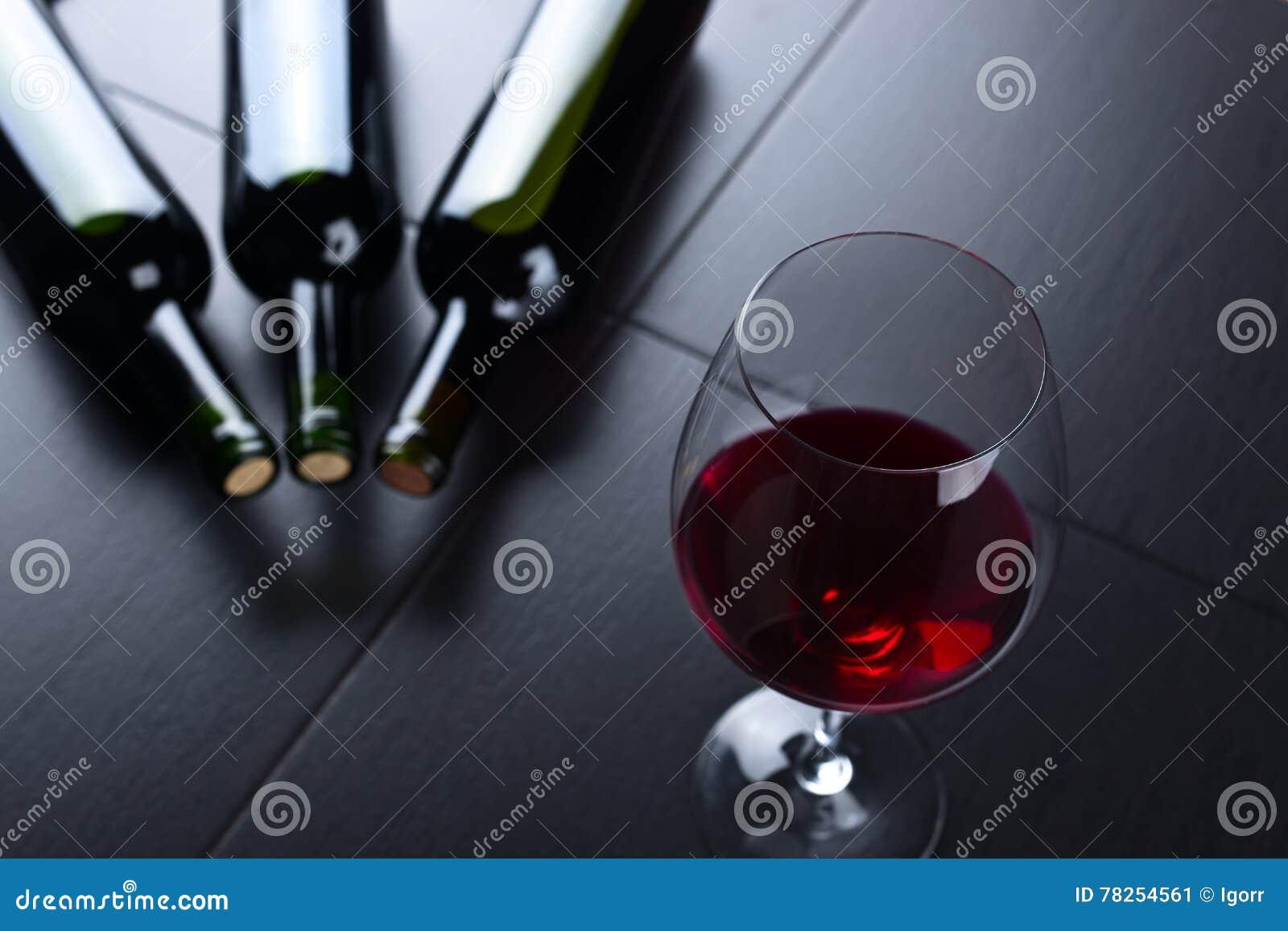 κόκκινο κρασί γυαλιού μπ&omi