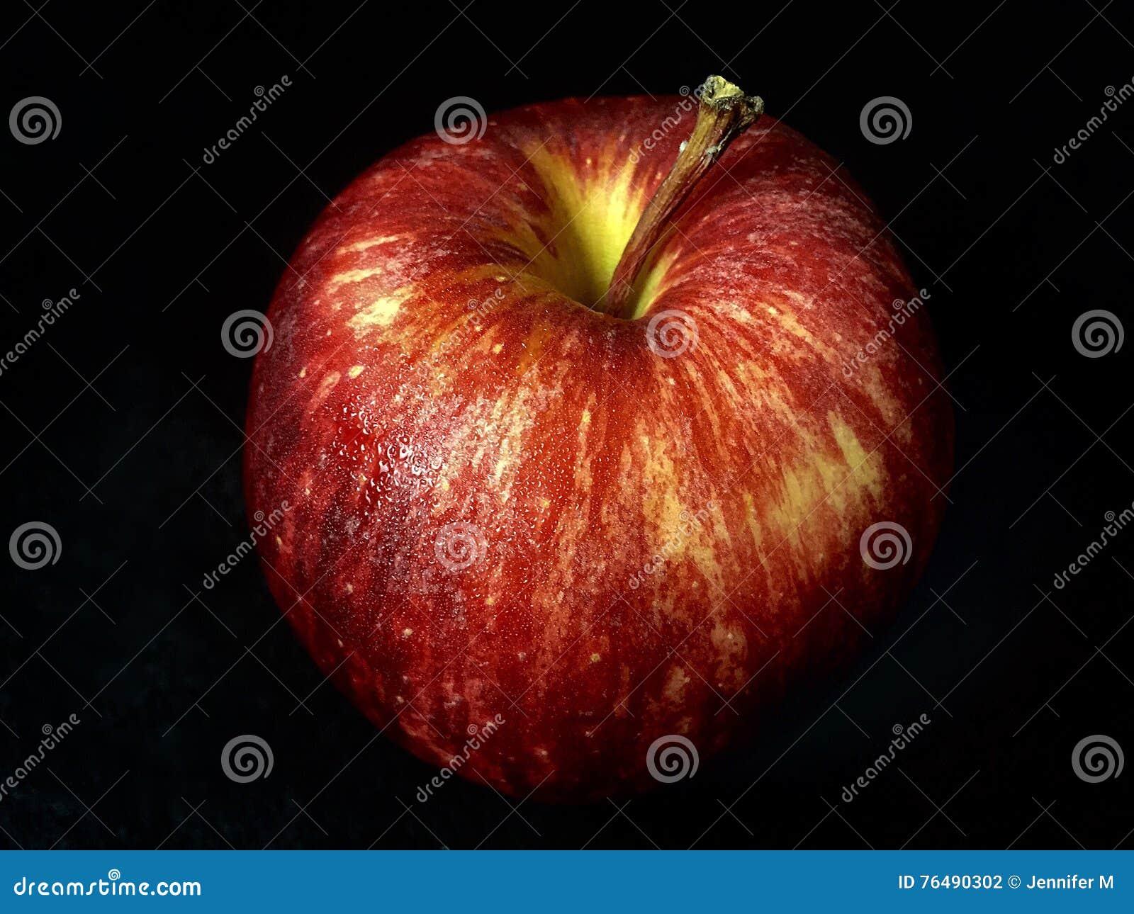 Κόκκινο μήλο σε ένα μαύρο υπόβαθρο