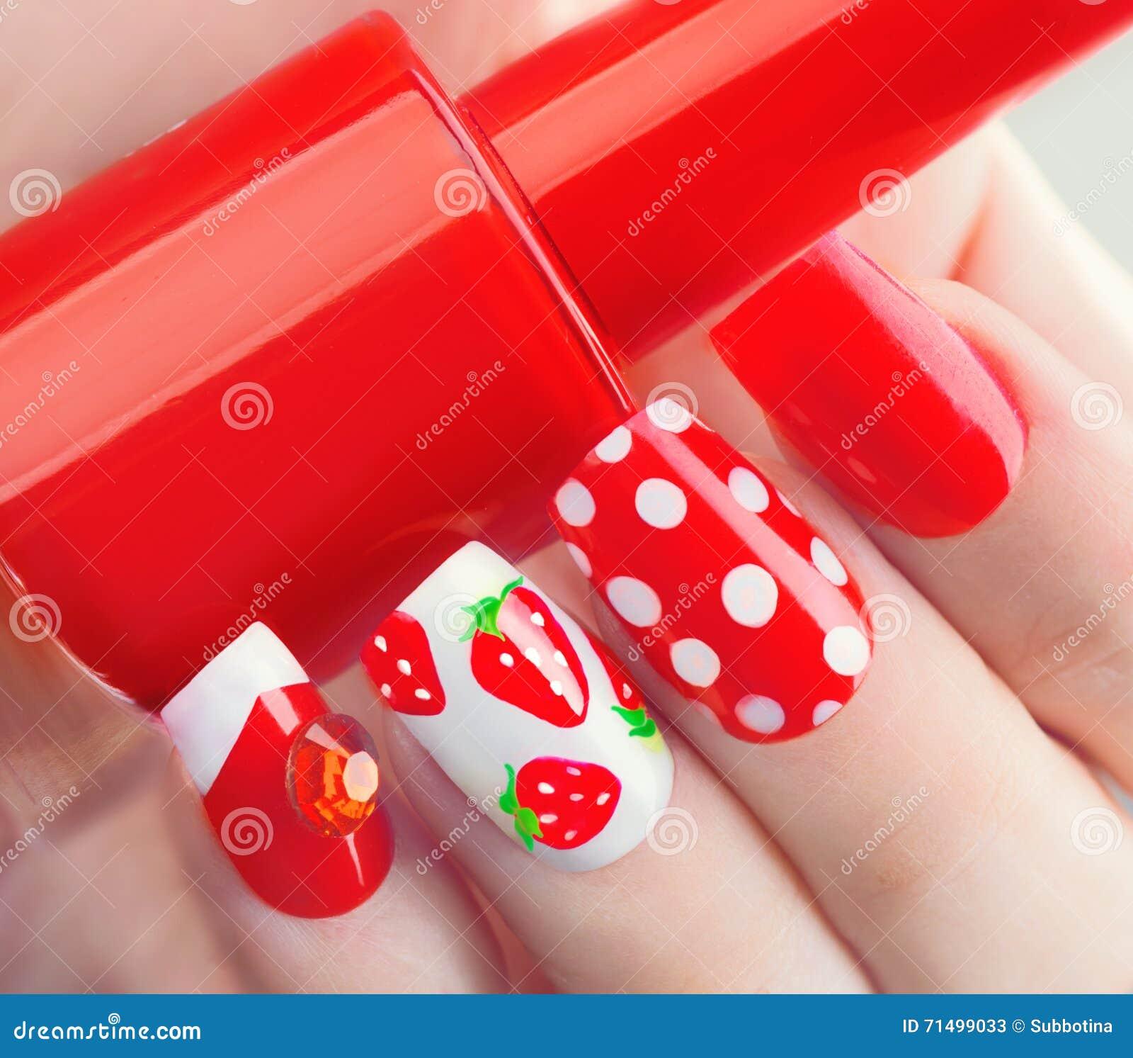 Κόκκινο μανικιούρ θερινού ύφους με τις φράουλες και τα σημεία Πόλκα