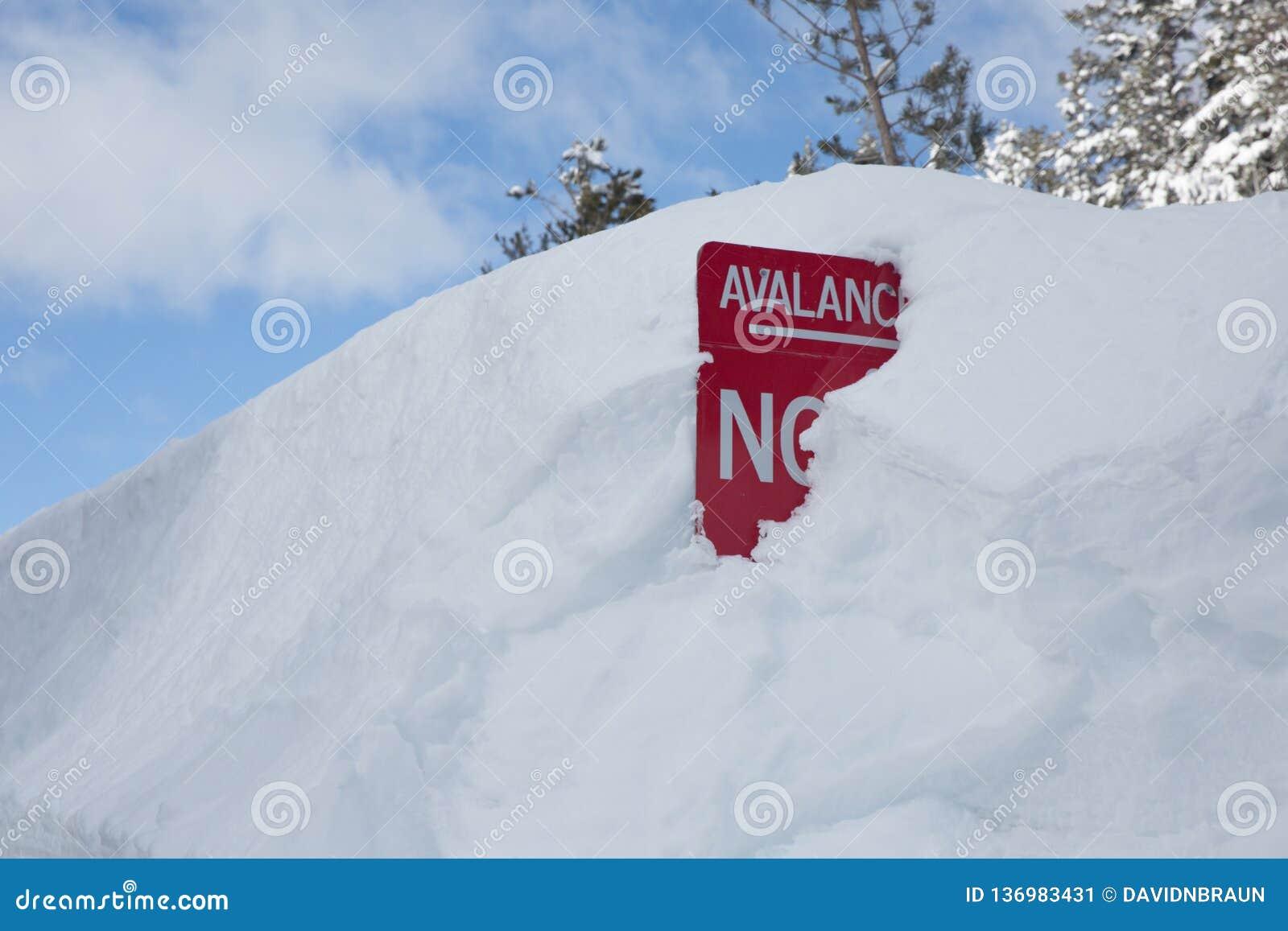 Κόκκινο προειδοποιητικό σημάδι χιονοστιβάδων που θάβεται στο χιόνι