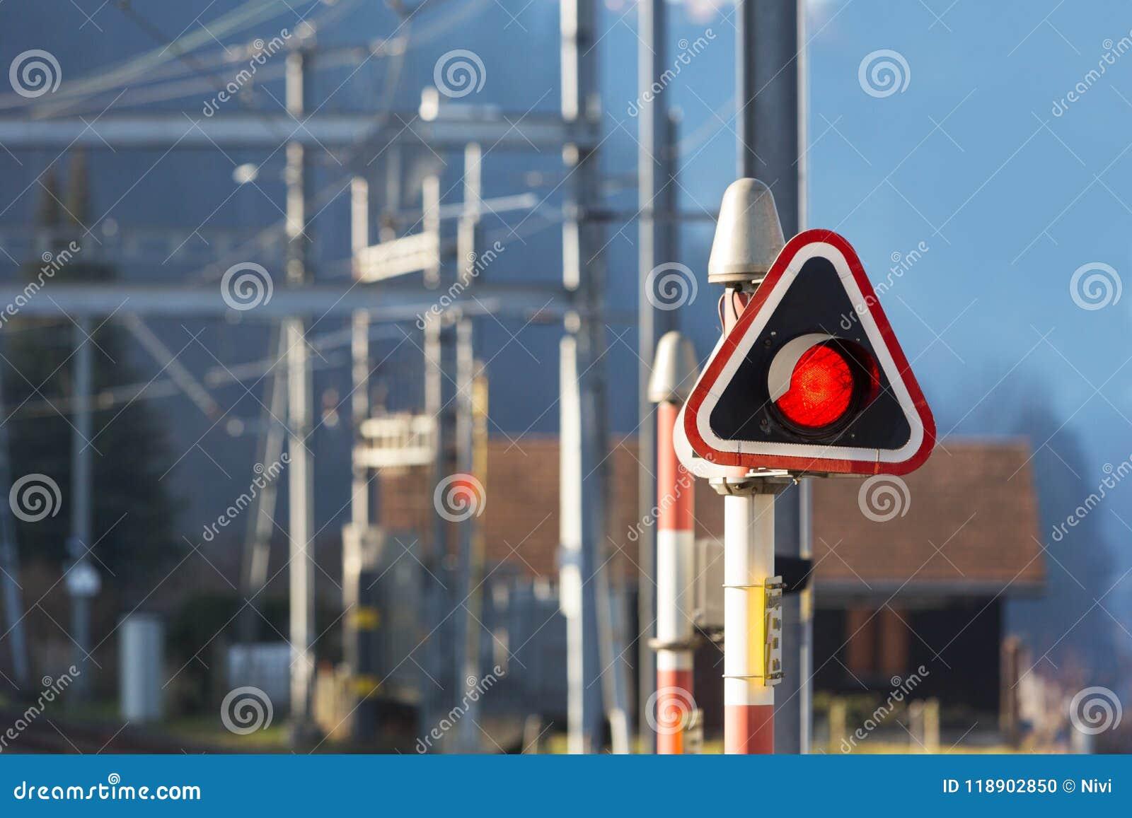 Κόκκινο φως στάσεων στο σταθμό τρένου