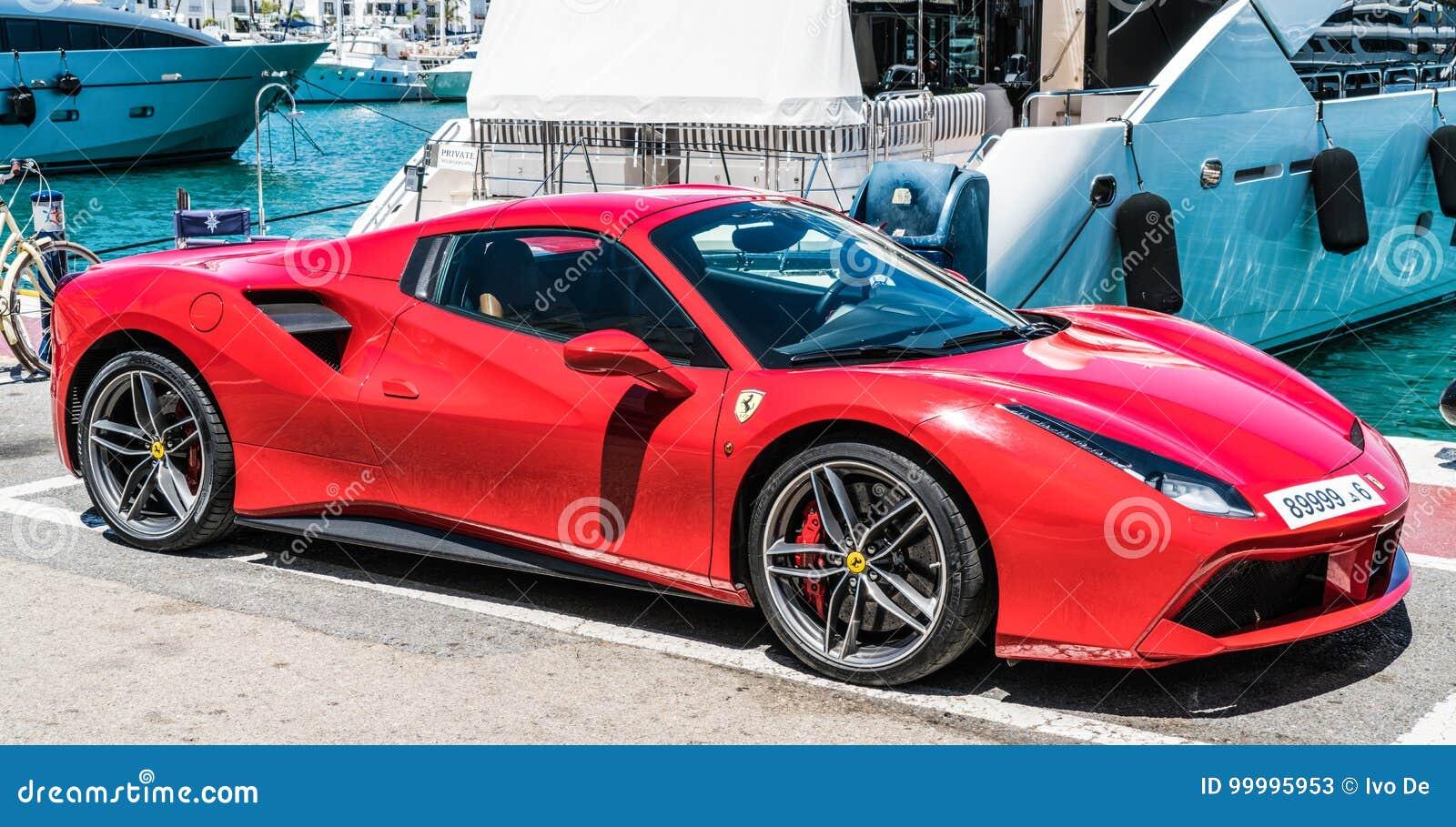 Κόκκινο ferrari στο λιμάνι