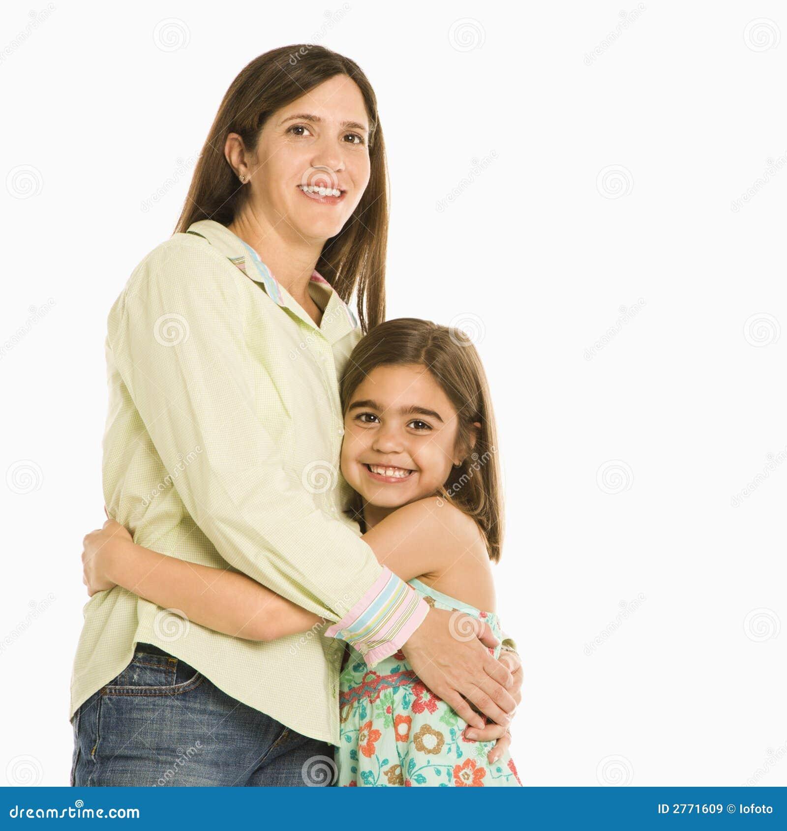 κόρη που αγκαλιάζει τη μη&t