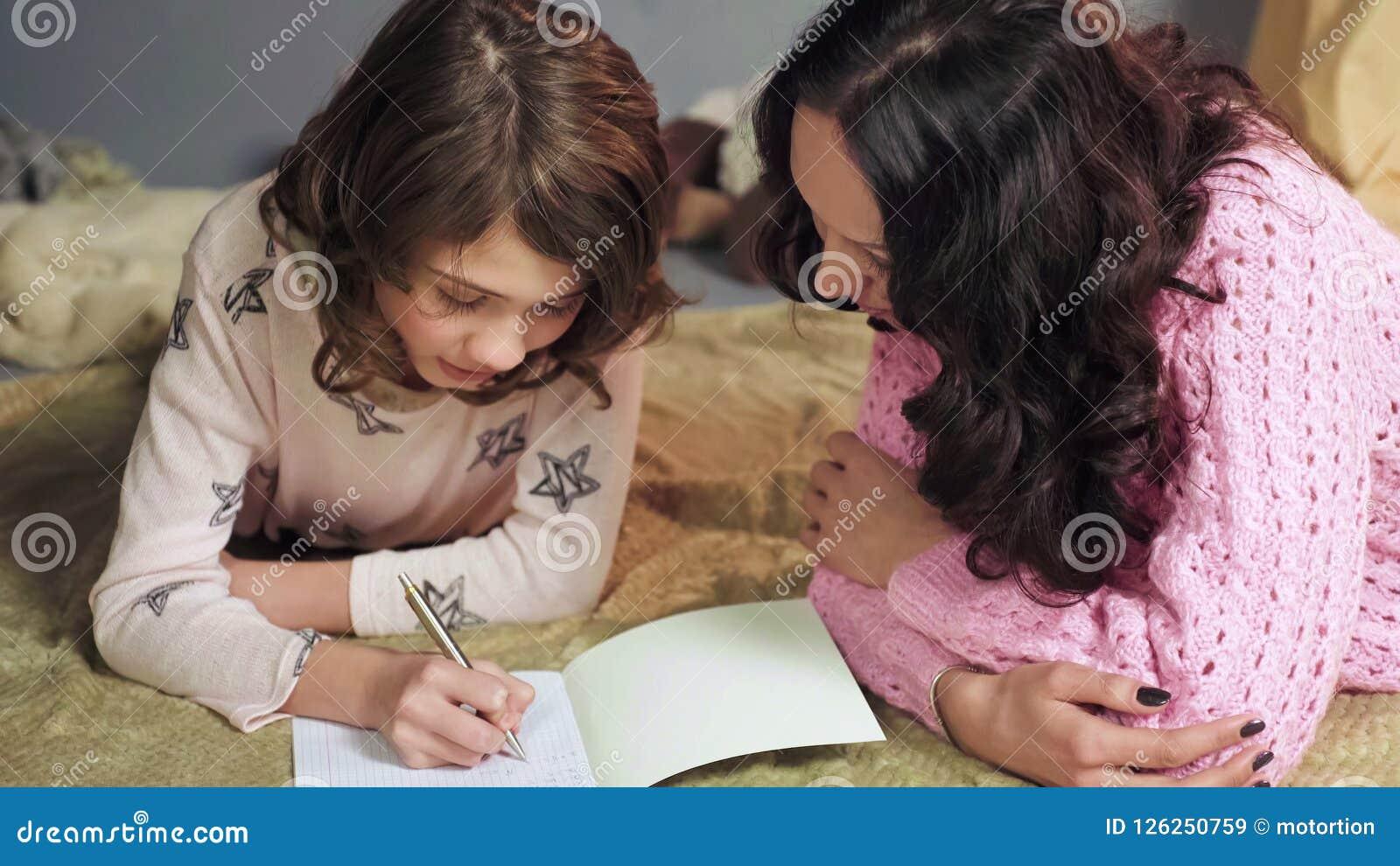 Κόρη που κάνει προσεκτικά την εργασία, λάθη ελέγχου μητέρων, εγχώρια εκπαίδευση