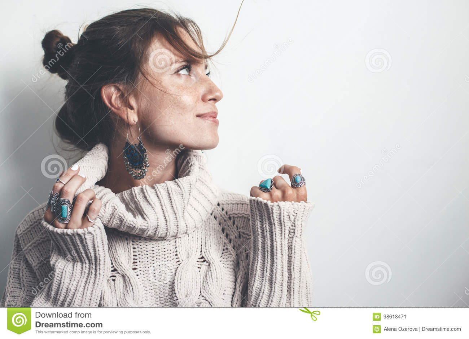 eaad9bb63952 Κόσμημα Boho και μάλλινο πουλόβερ στο πρότυπο Στοκ Εικόνα - εικόνα ...