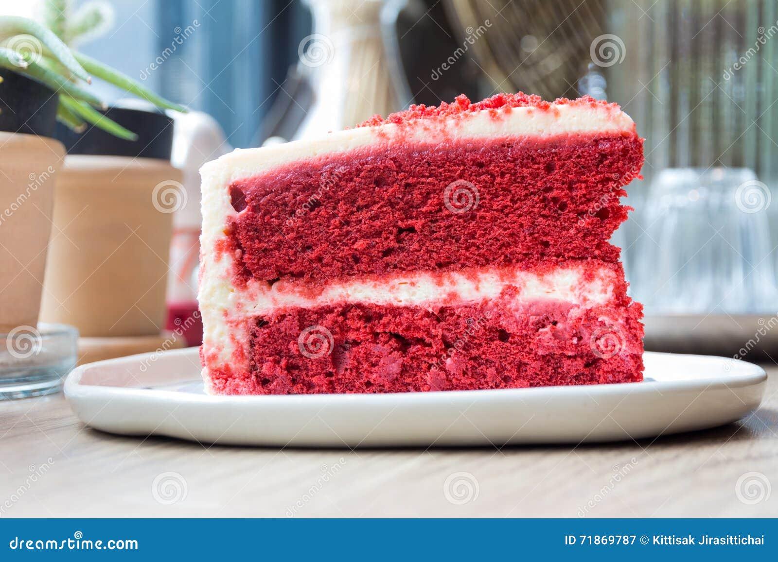 Κόψτε ένα κομμάτι του κόκκινου βελούδου κέικ