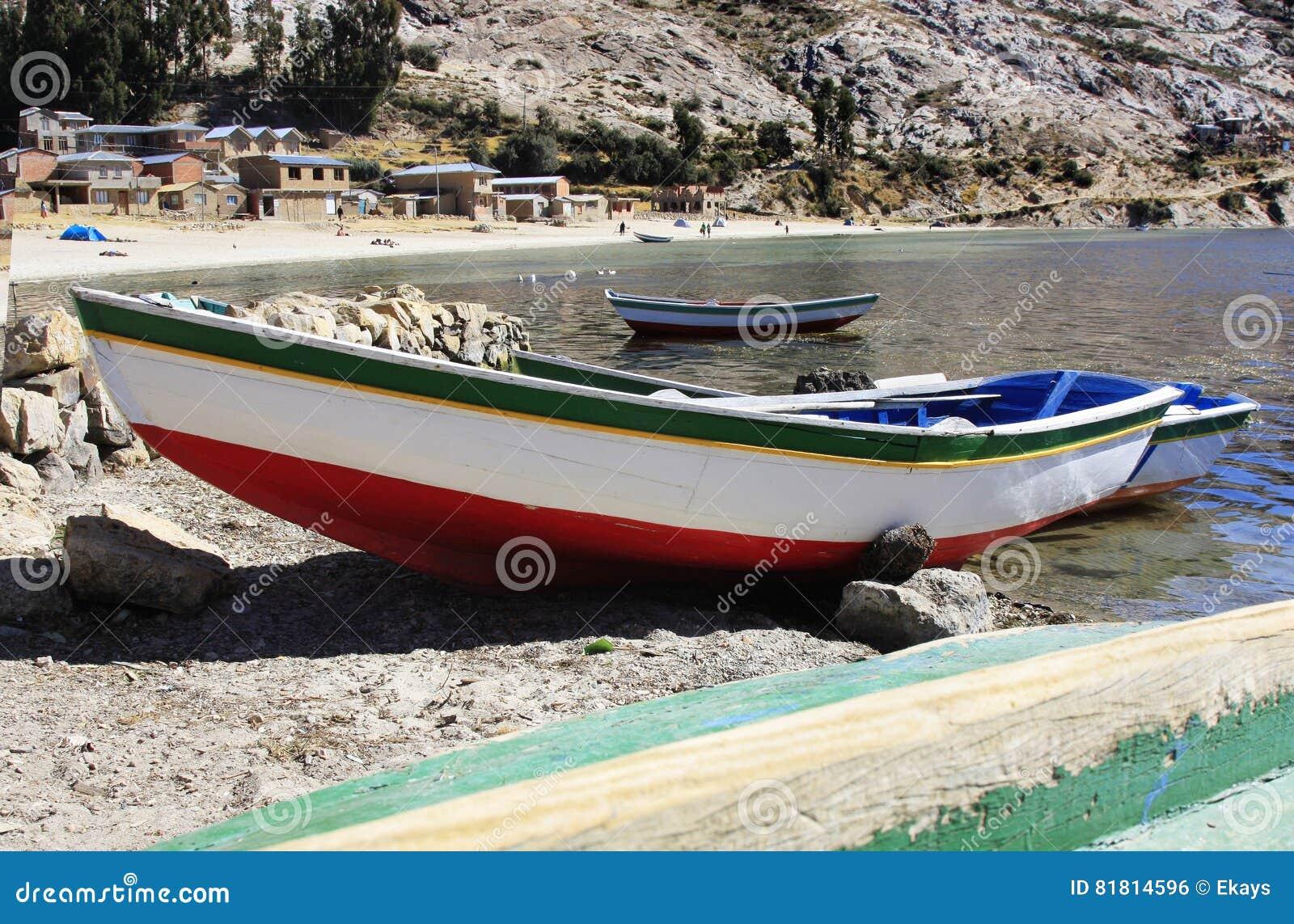 Κόλπος Titicaca λιμνών με το αλιευτικό σκάφος