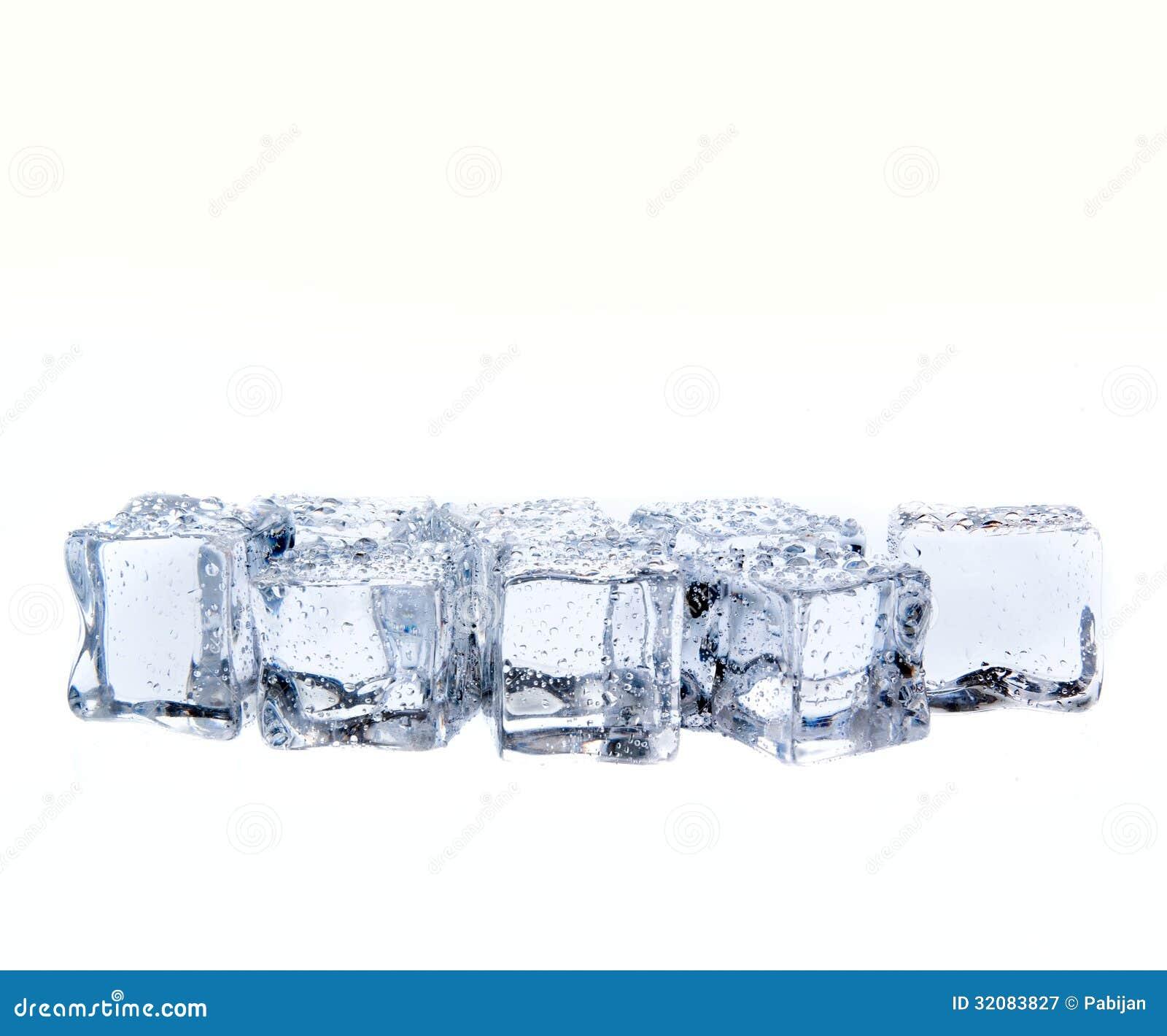Κύβοι πάγου με τις πτώσεις νερού που απομονώνονται στο λευκό