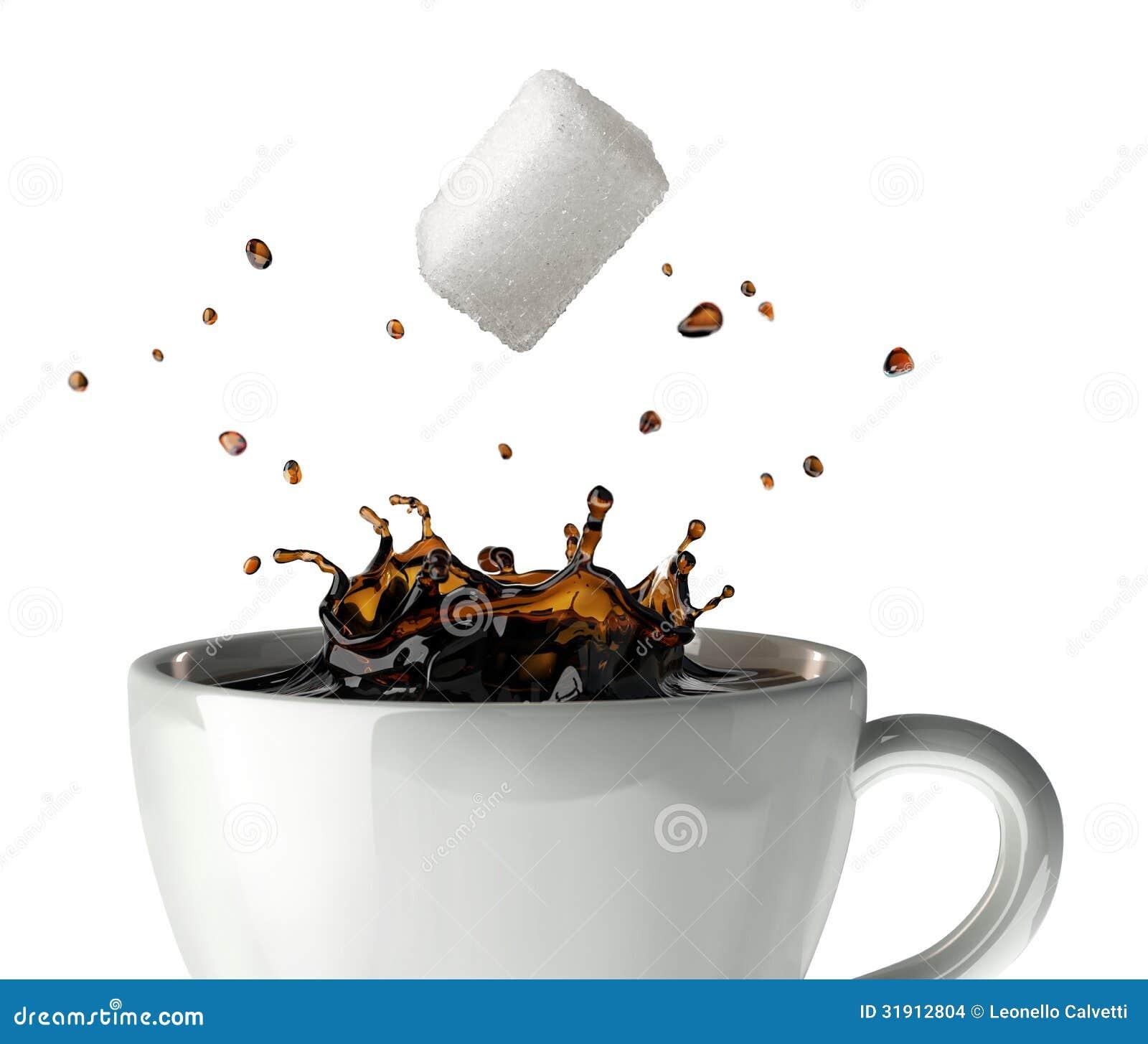 Κύβος ζάχαρης που περιέρχεται και που καταβρέχει σε ένα φλυτζάνι του μαύρου καφέ. Άποψη κινηματογραφήσεων σε πρώτο πλάνο.