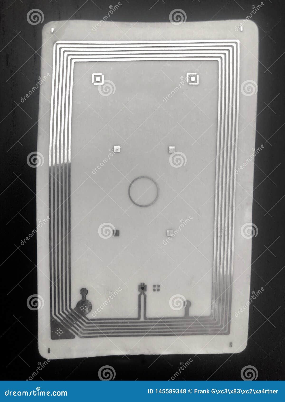 Κύκλωμα και κεραία κινηματογραφήσεων σε πρώτο πλάνο μέσα στην κάρτα RFID