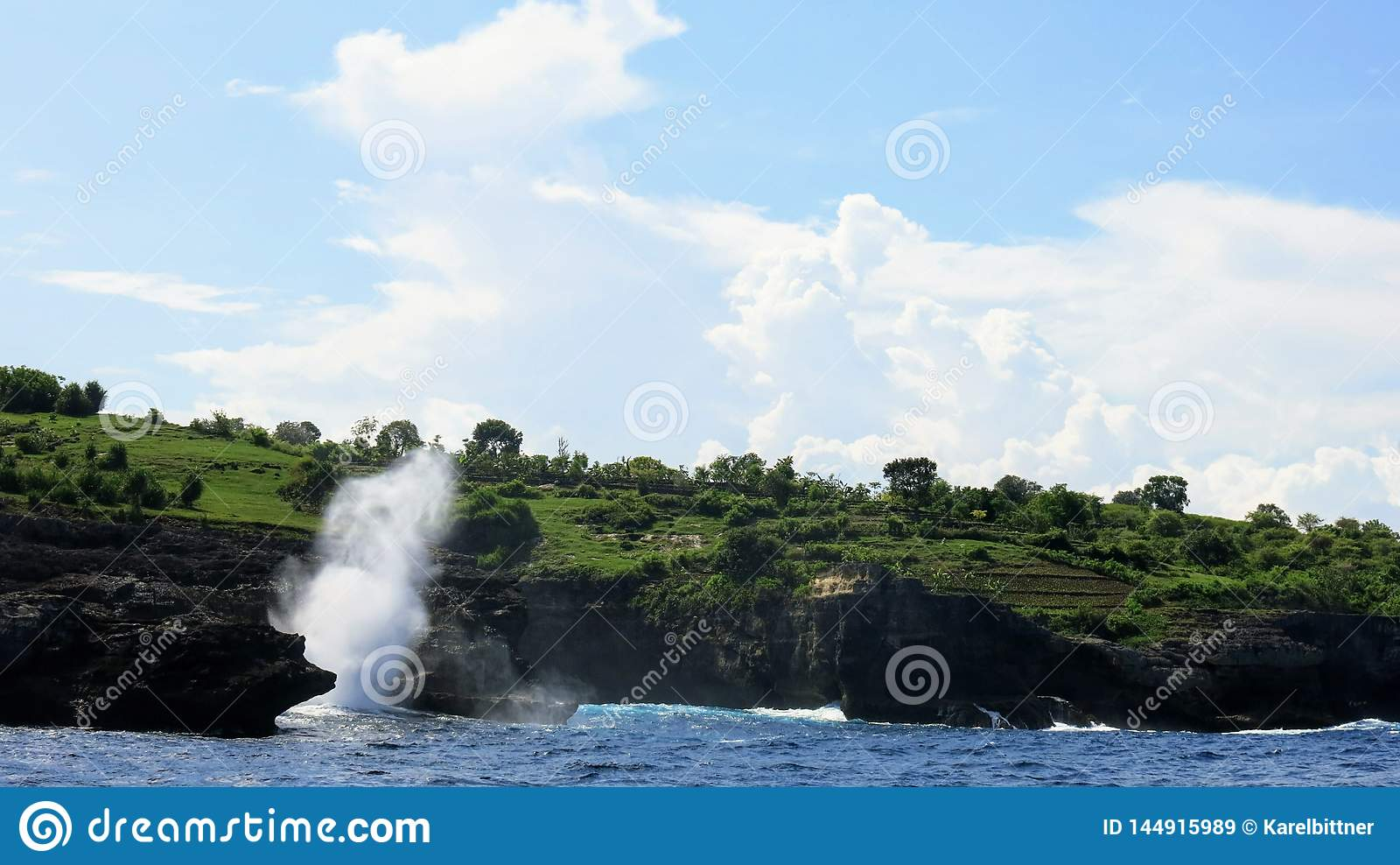 Κύματα θάλασσας που συντρίβουν ενάντια στον απότομο βράχο της δύσκολη