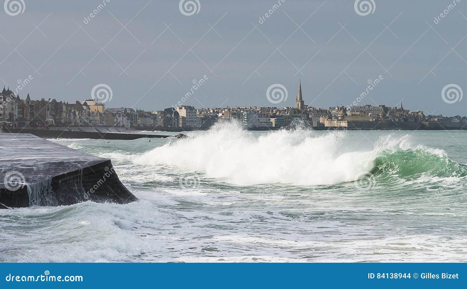 Κύματα μπροστά από την πόλη Αγίου Malo και των έπαλξεων
