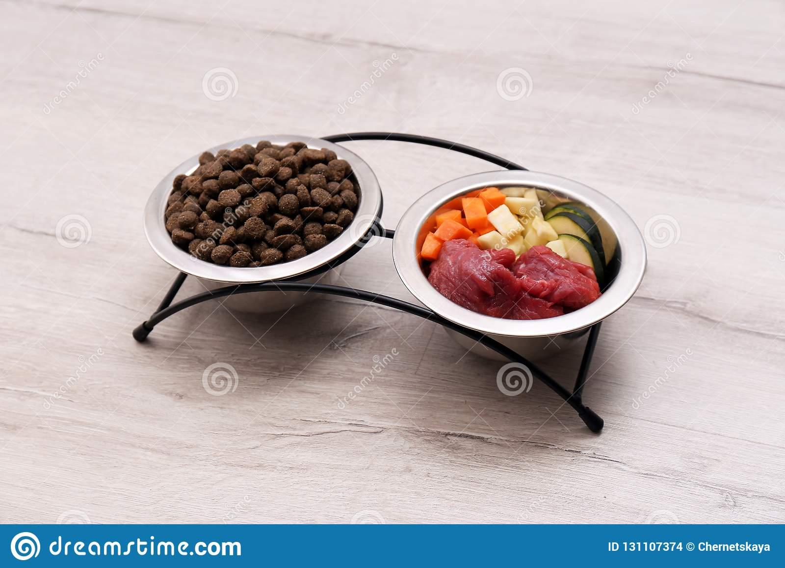 Κύπελλα με τα ξηρά και φυσικά τρόφιμα σκυλιών