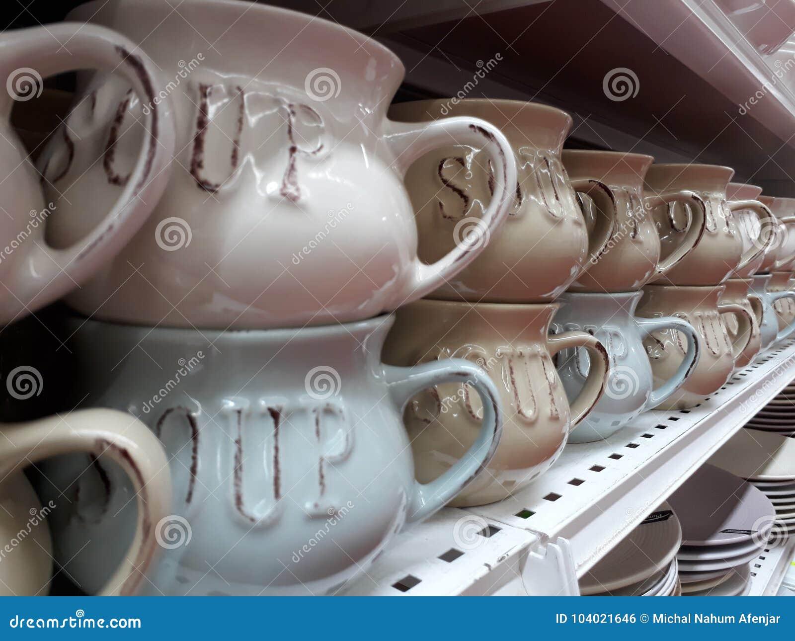 Κύπελλα σούπας σε έναν σωρό σε ένα ράφι στο κατάστημα