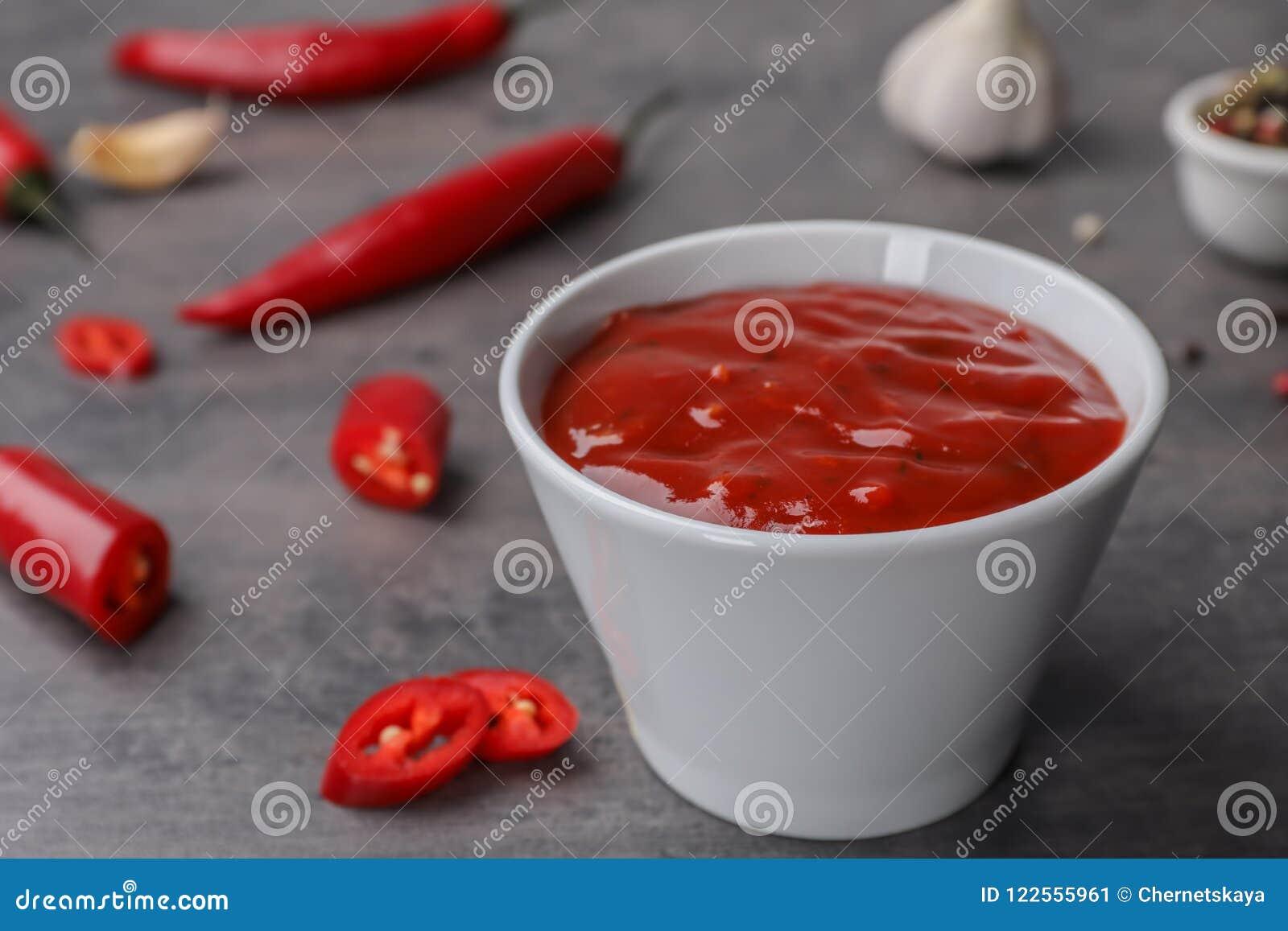 Κύπελλο με την καυτή σάλτσα τσίλι
