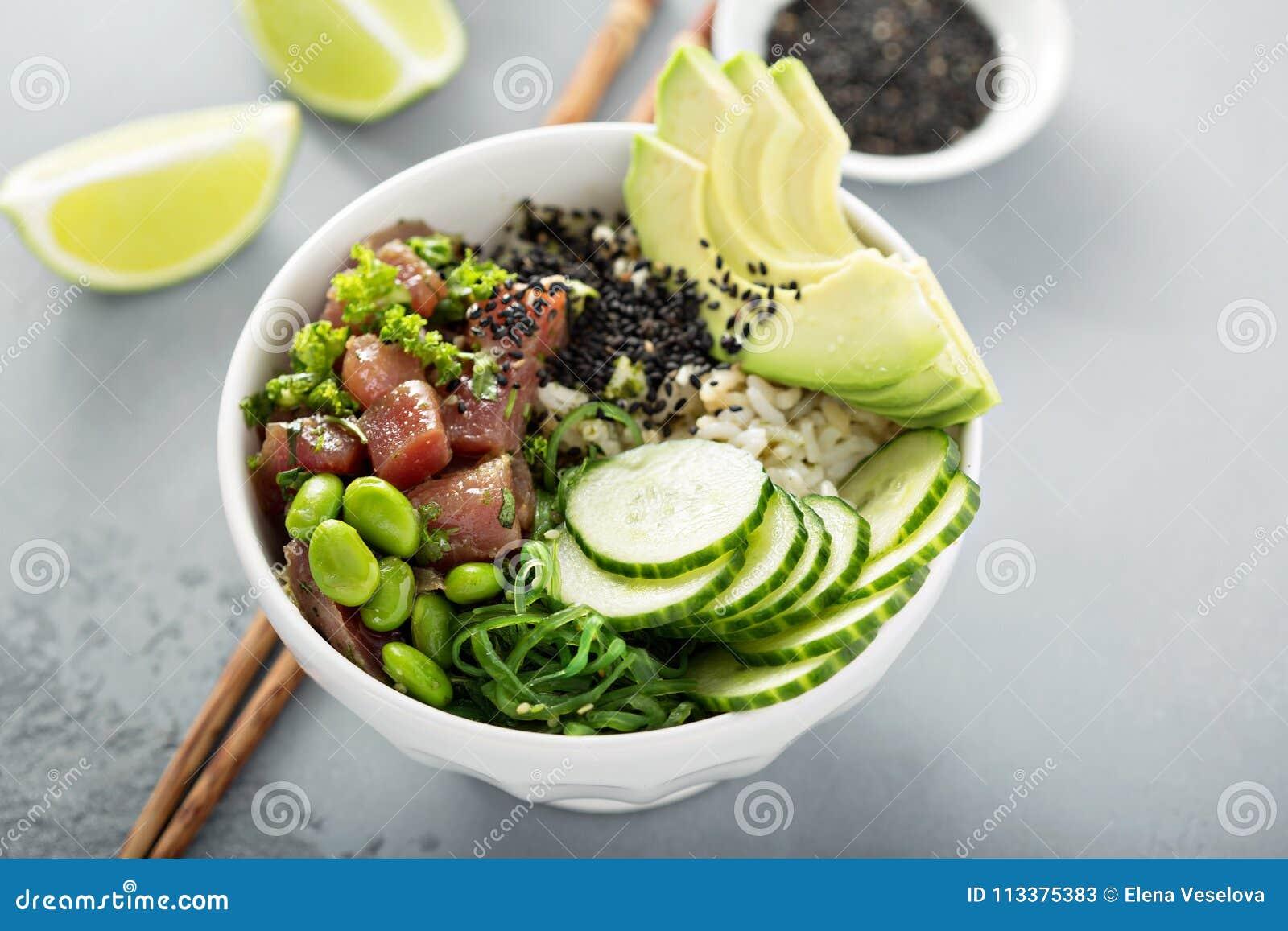 Κύπελλο σπρωξίματος με τον ακατέργαστους τόνο, το ρύζι και τα λαχανικά