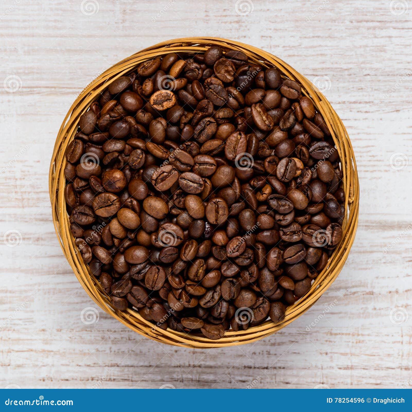 Κύπελλο με τα καφετιά ψημένα φασόλια καφέ