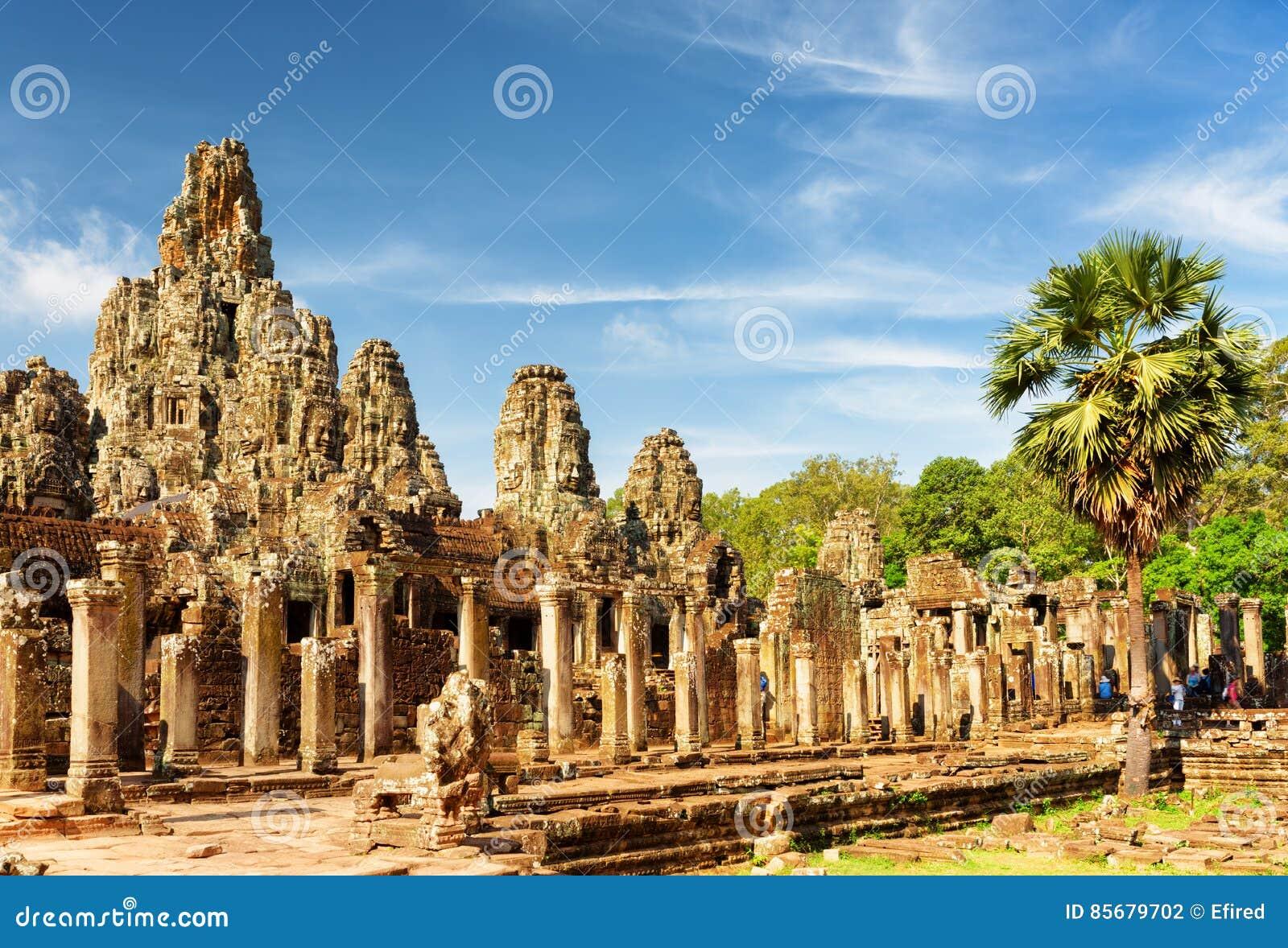 Κύρια άποψη του αρχαίου ναού Bayon σε Angkor Thom στον ήλιο βραδιού