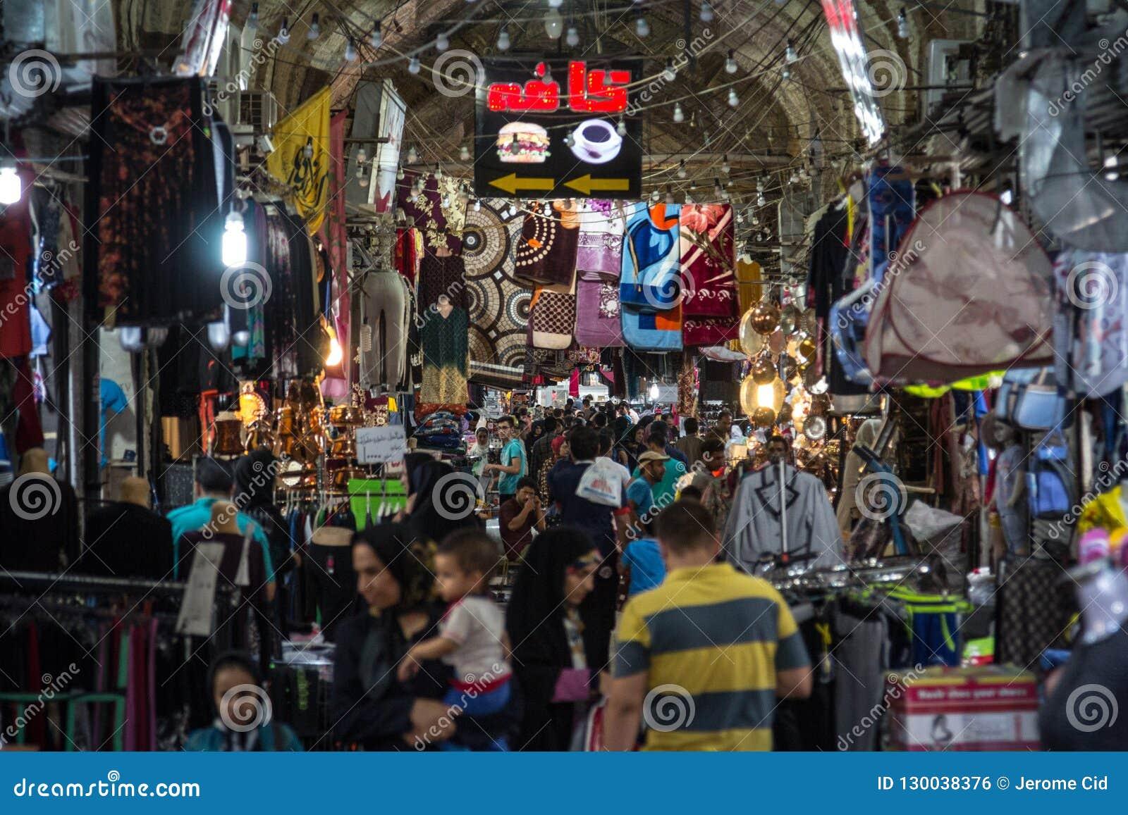 Κύρια αίθουσα της Shiraz Vakil bazar που συσσωρεύει κατά τη διάρκεια της ώρας κυκλοφοριακής αιχμής, σε μια καλυμμένη αλέα της αγο