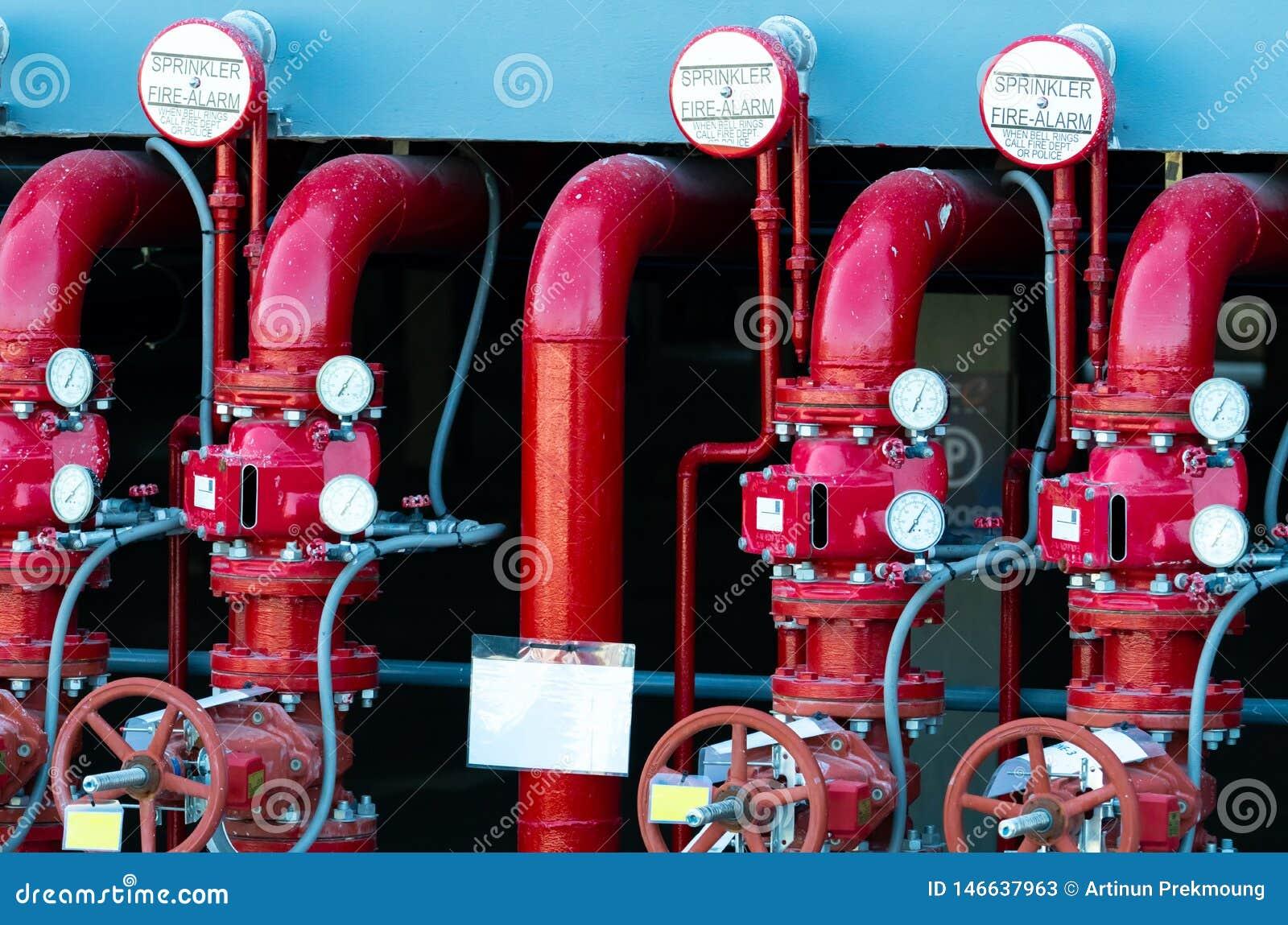 Κύρια διοχέτευση με σωλήνες νερού ανεφοδιασμού στο πυροσβυστικό σύστημα Σύστημα ψεκαστήρων πυρκαγιάς με τους κόκκινους σωλήνες Κα