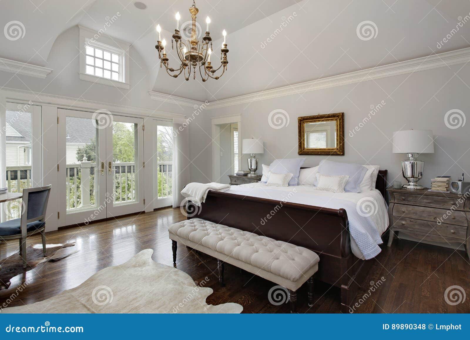 Κύρια κρεβατοκάμαρα με τις πόρτες στο μπαλκόνι
