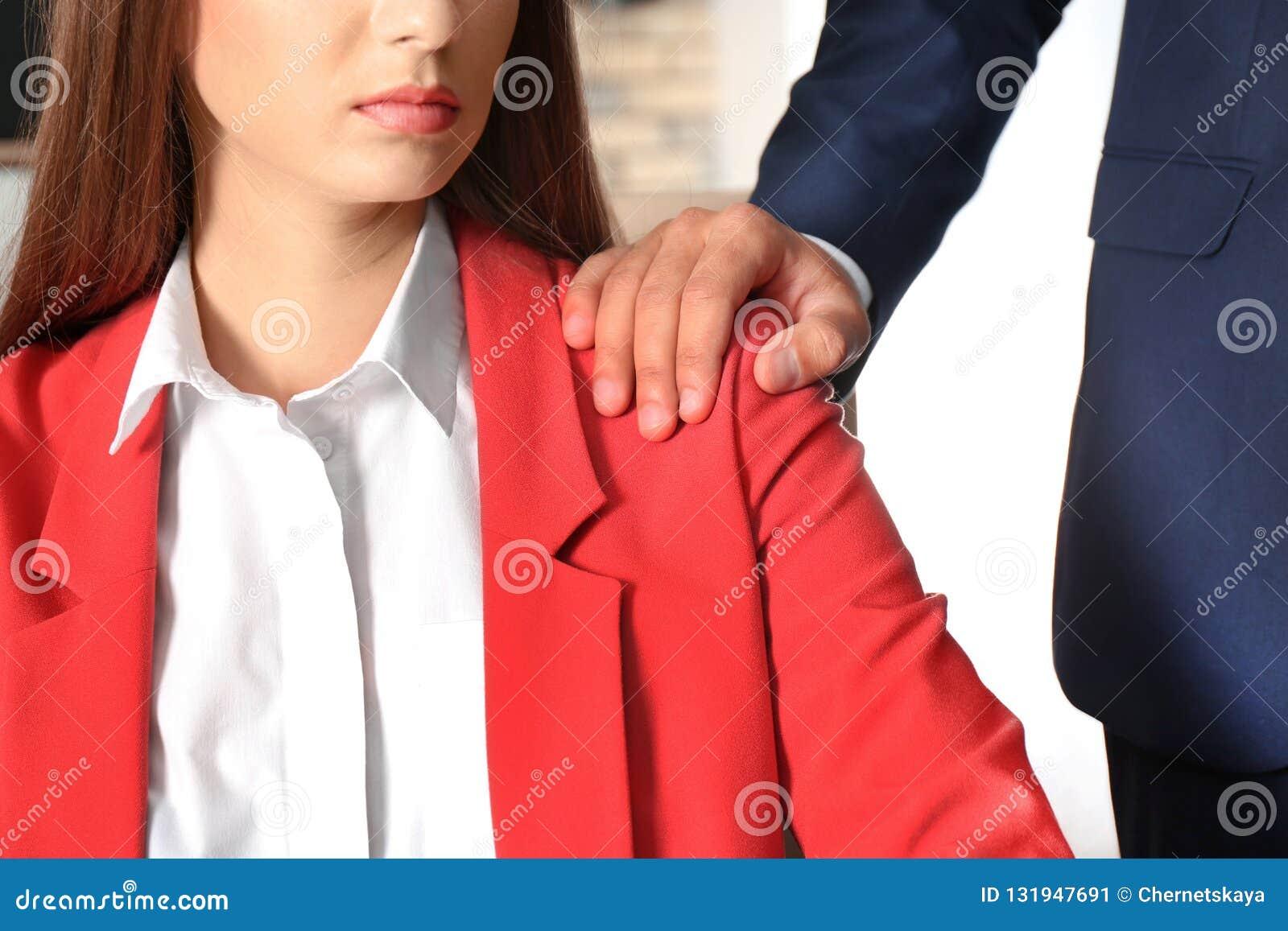 Κύριος κακοποιώντας το θηλυκό γραμματέα του στην αρχή, κινηματογράφηση σε πρώτο πλάνο