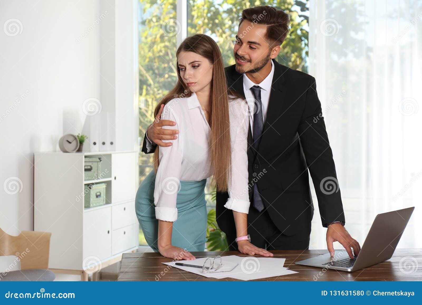 Κύριος κακοποιώντας το θηλυκό γραμματέα του στην αρχή