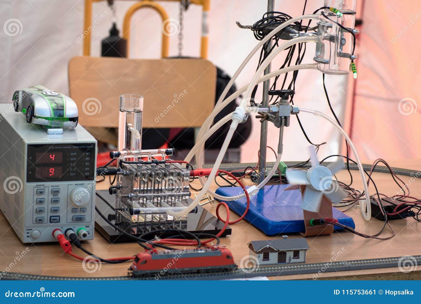 Κύτταρα καυσίμου υδρογόνου που τροφοδοτούν την πρότυπη ατμομηχανή και έναν ανεμιστήρα