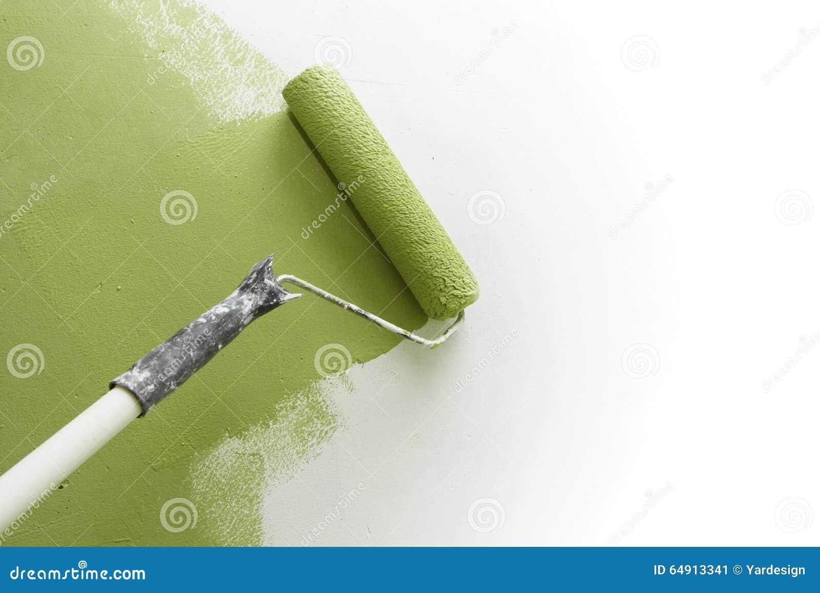 Κύλινδρος χρωμάτων που εφαρμόζει το χρώμα στον άσπρο τοίχο, εγχώριες βελτιώσεις