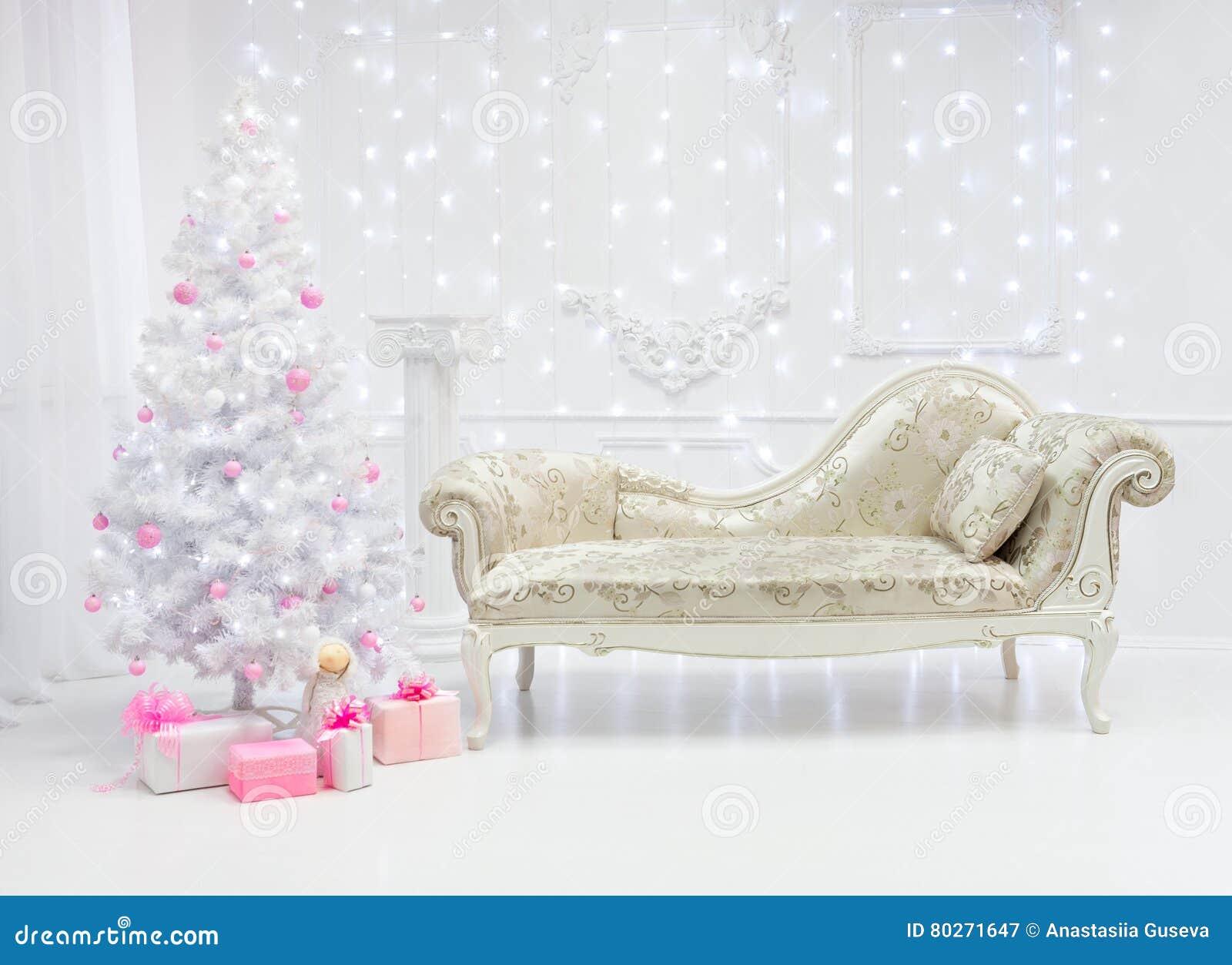 Κλασικό ελαφρύ εσωτερικό Χριστουγέννων στους άσπρους και ρόδινους τόνους με έναν καναπέ