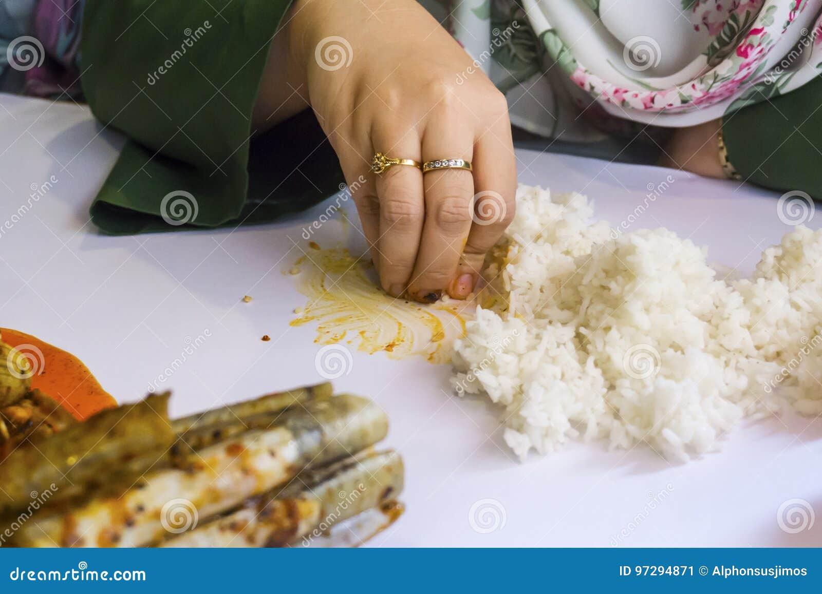 Κλείστε αυξημένος του θηλυκού που τρώει το ρύζι