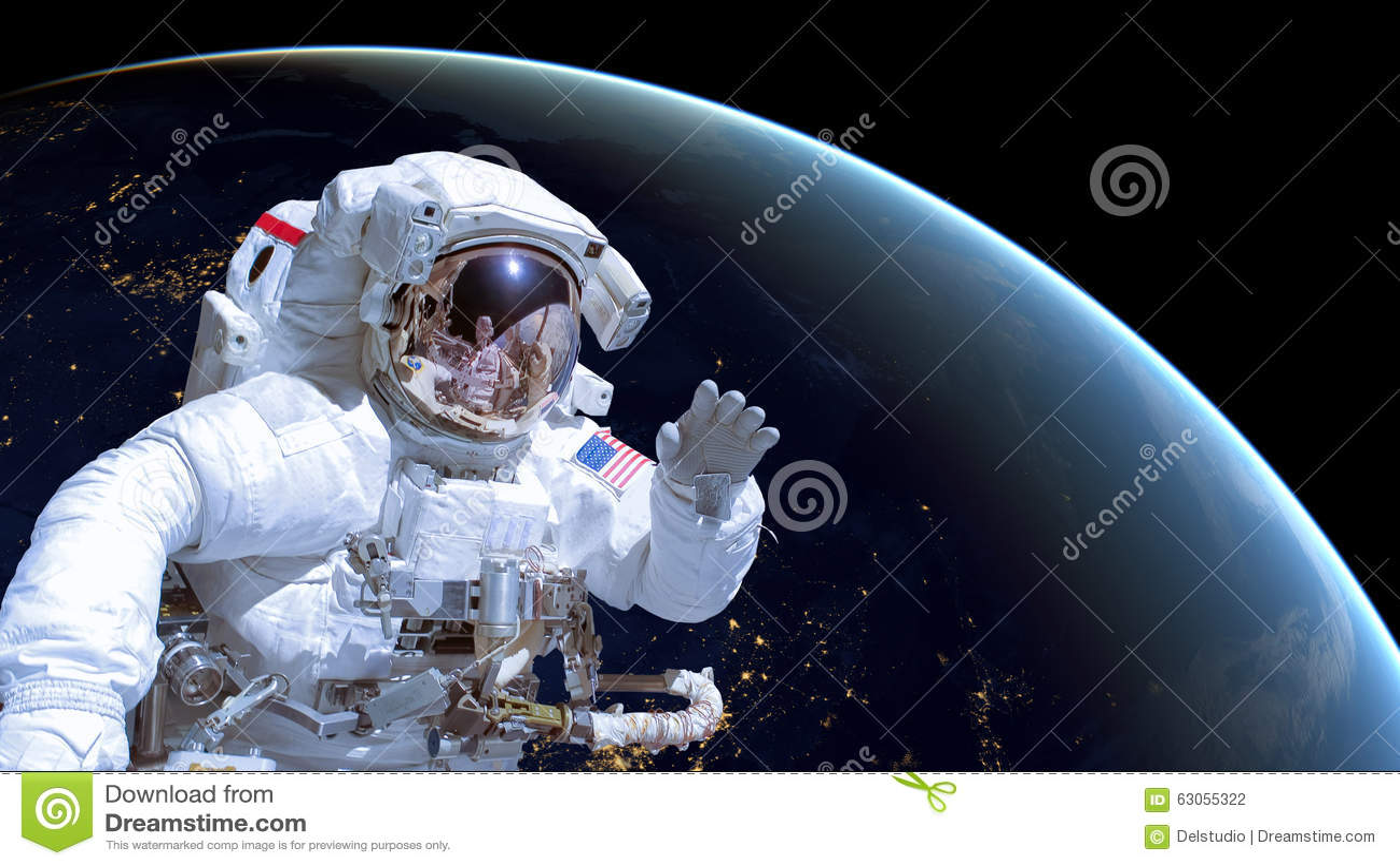 Κλείστε επάνω ενός αστροναύτη στο μακρινό διάστημα, γη τή νύχτα στο υπόβαθρο